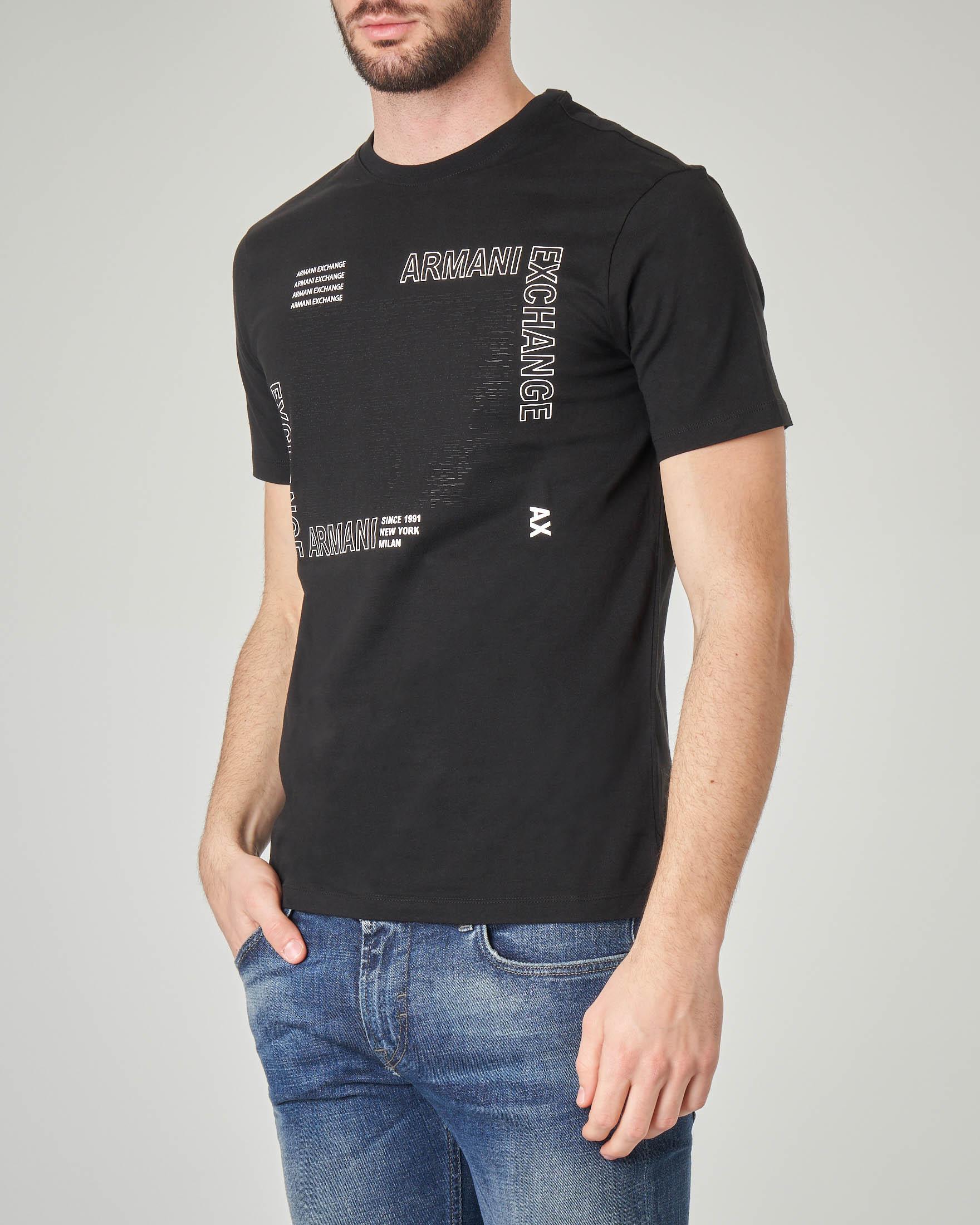 T-shirt nera con stampa logata