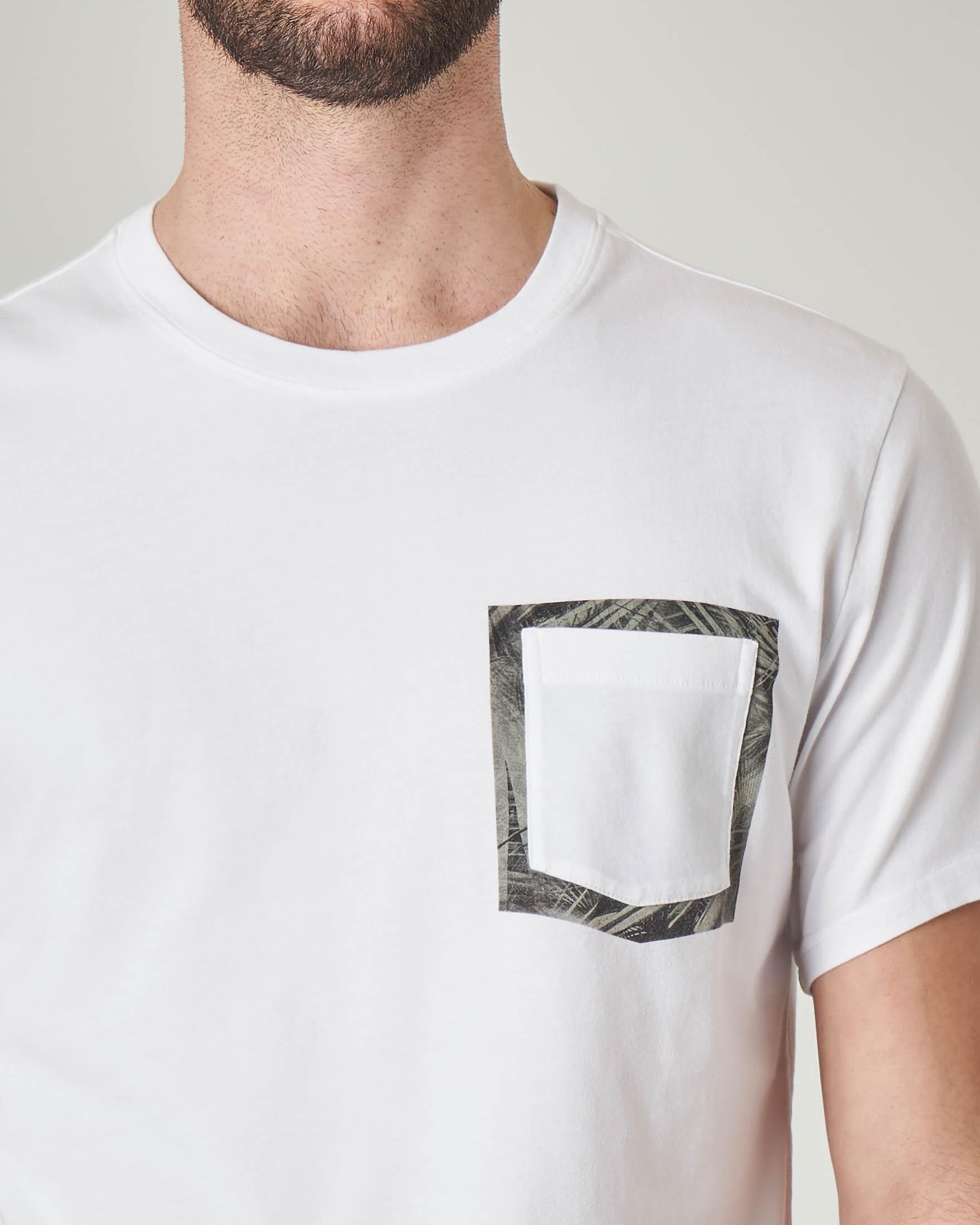 T-shirt bianca con taschino e contorno floreale