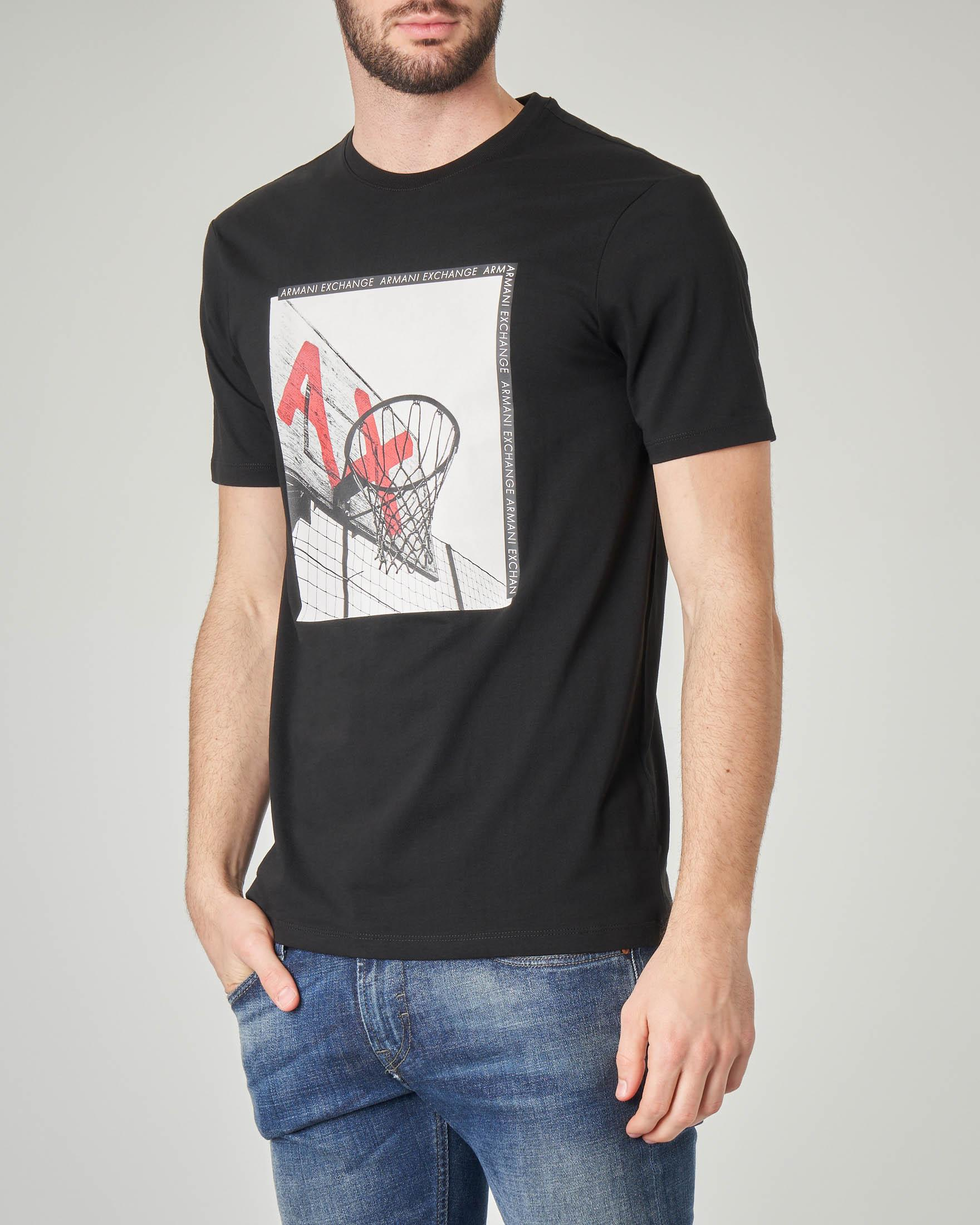 T-shirt nera con stampa fotografica basket
