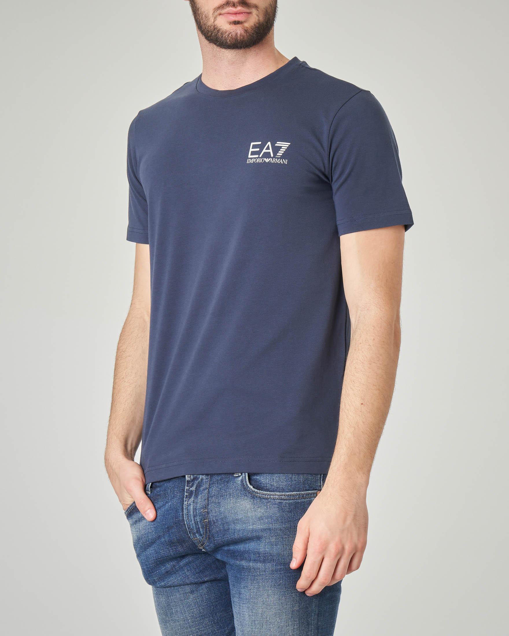 T-shirt blu stretch con logo piccolo sul petto e logo verticale sul retro