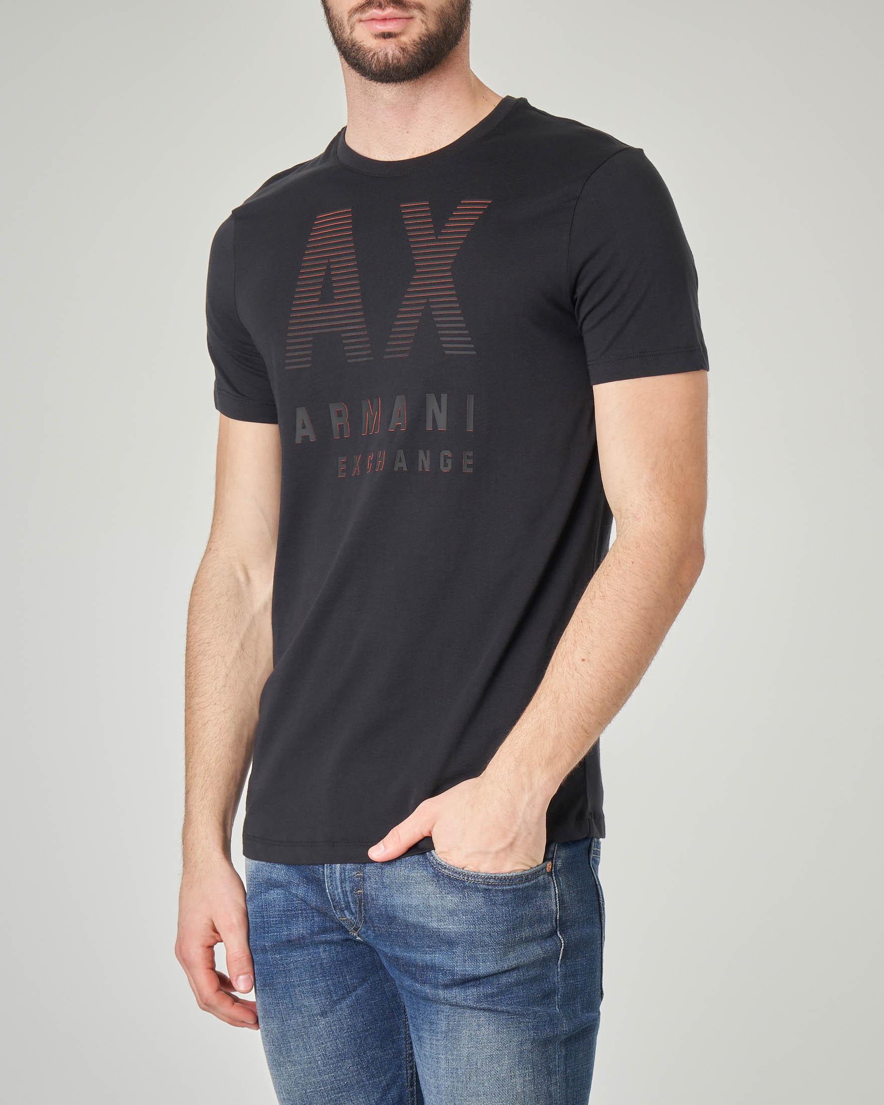 T-shirt nera con logo gommato