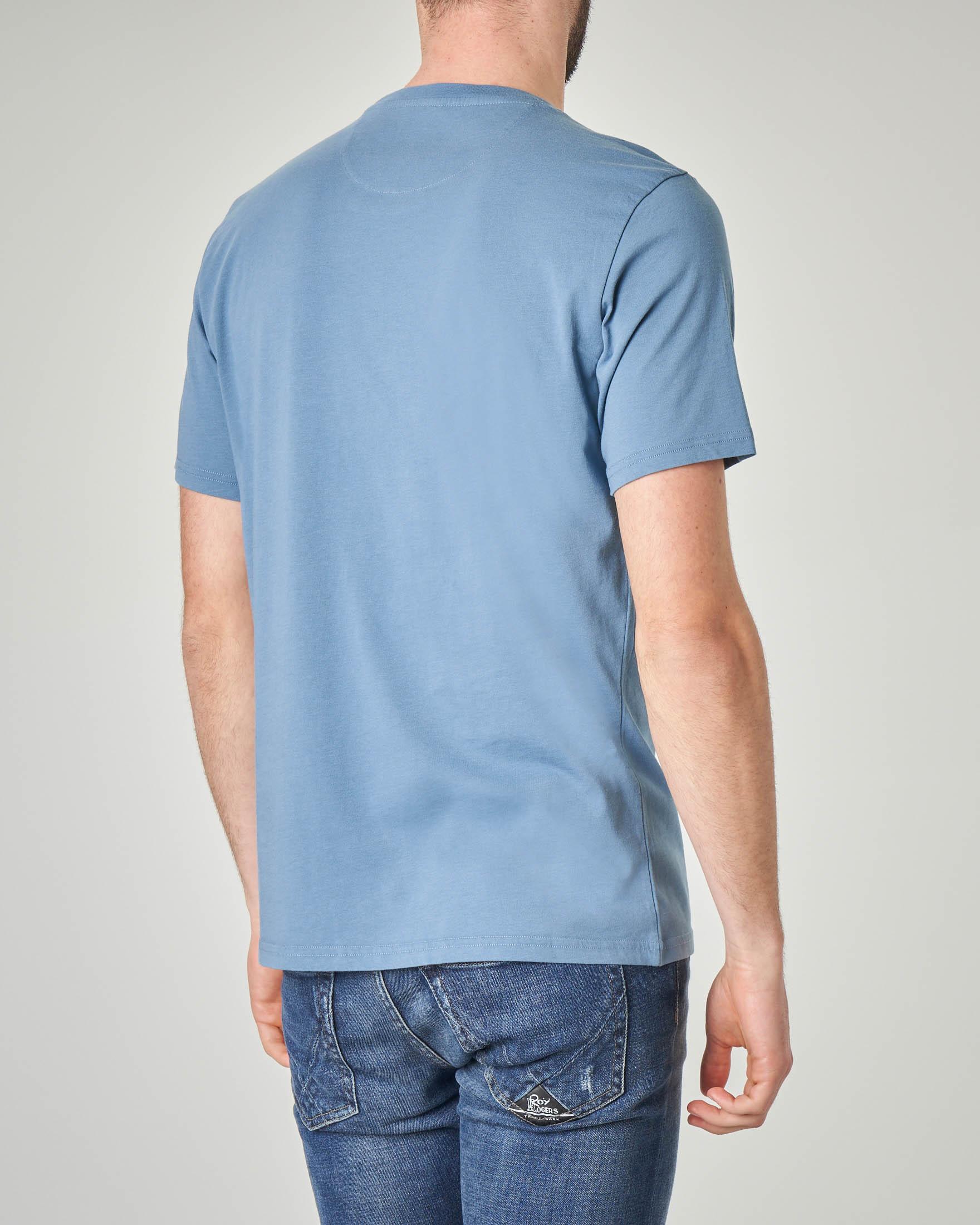 T-shirt azzurra con taschino e contorno floreale