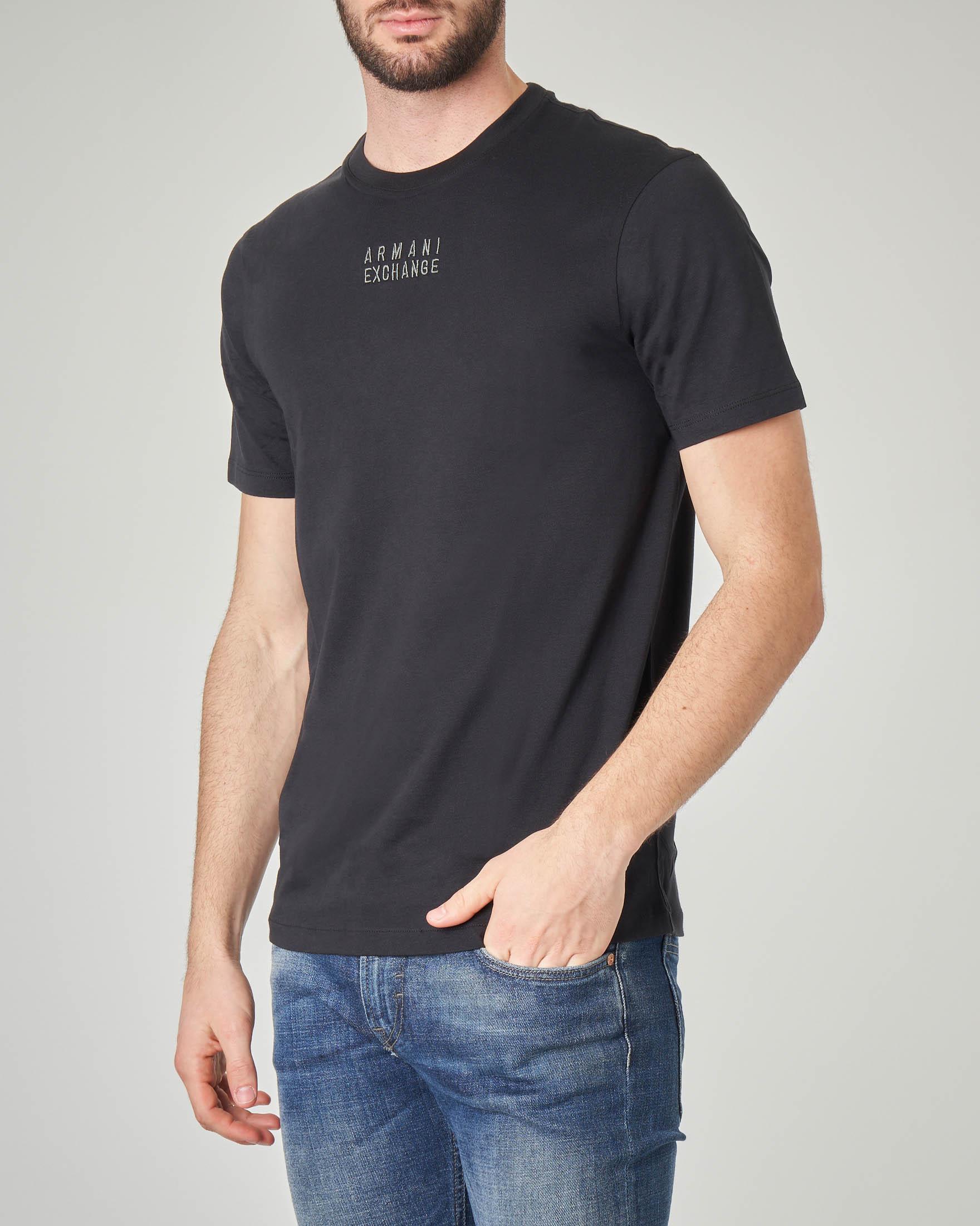 T-shirt nera con logo piccolo ricamato davanti e stampa sul retro