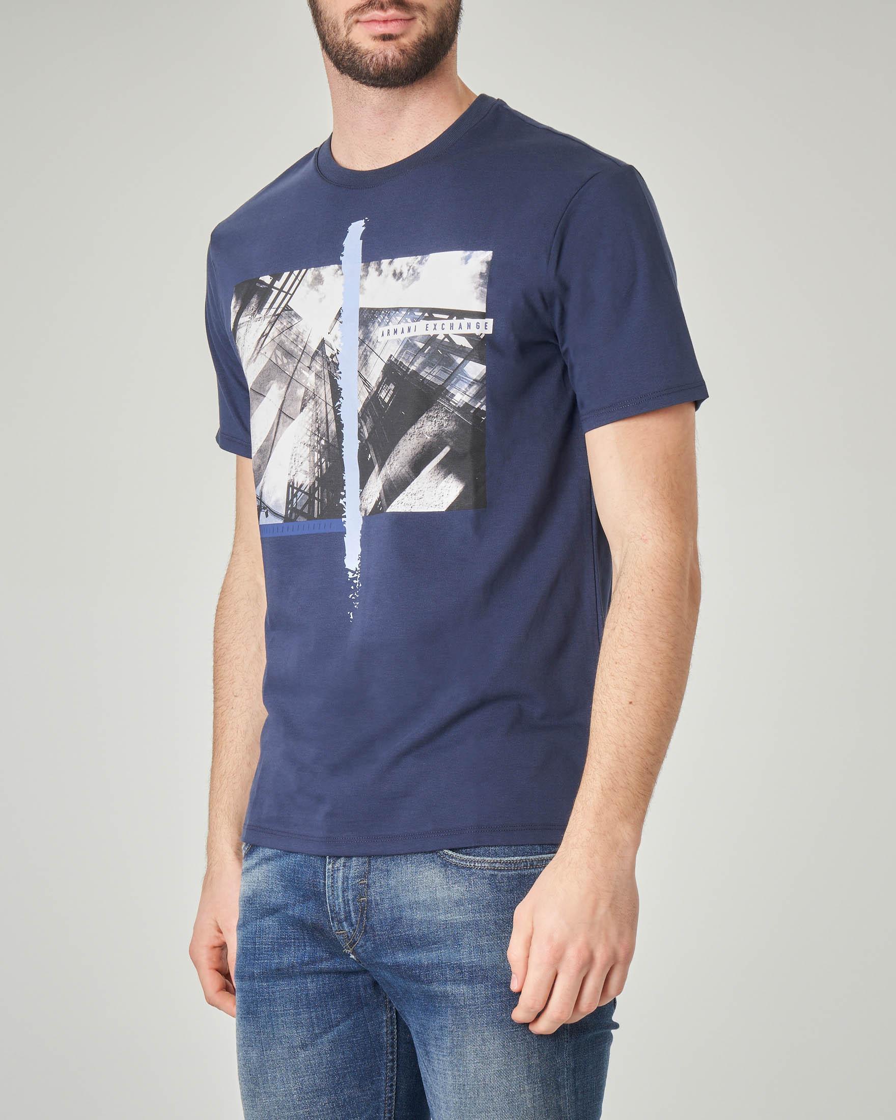 T-shirt blu con stampa fotografica