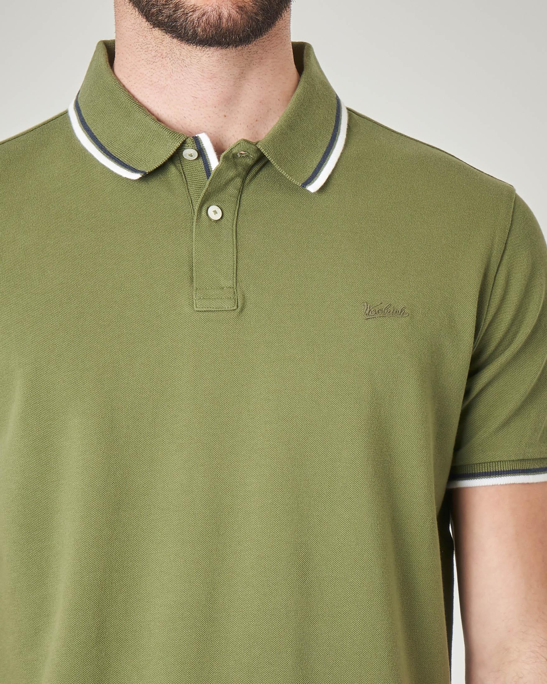 Polo verde militare con bordino