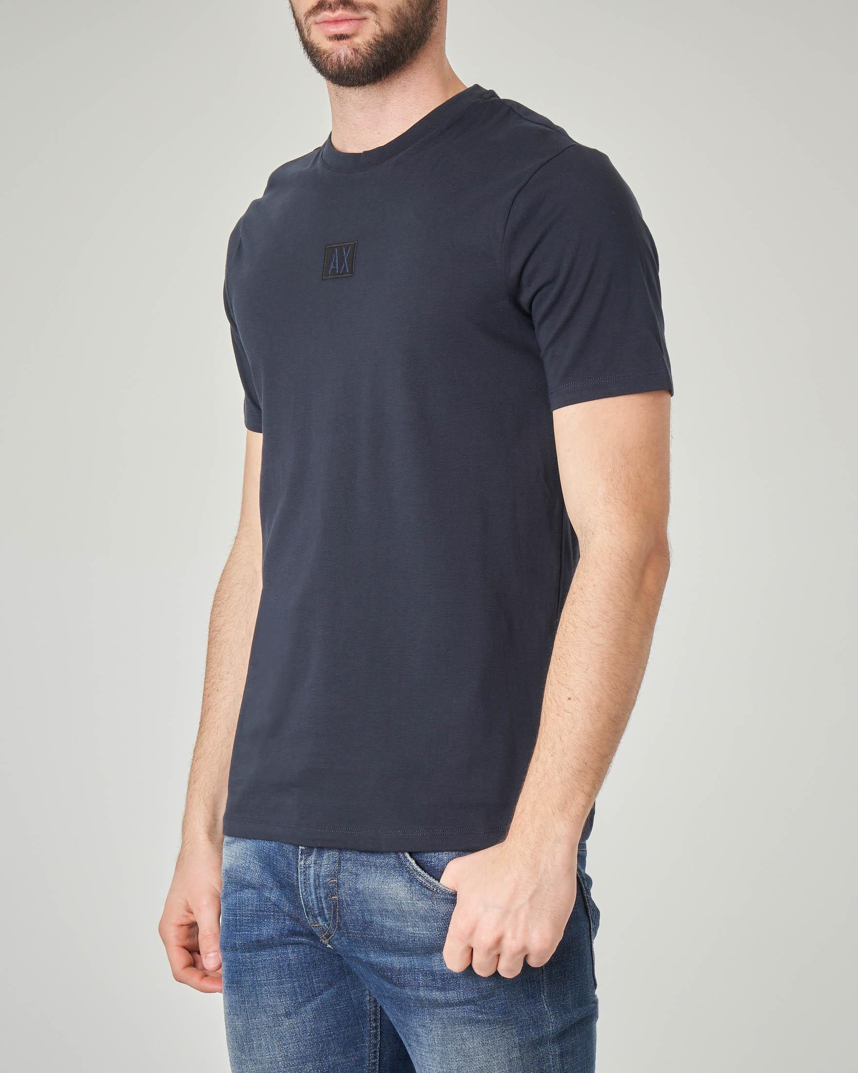 T-shirt blu con logo piccolo ricamato davanti e scritta sul retro