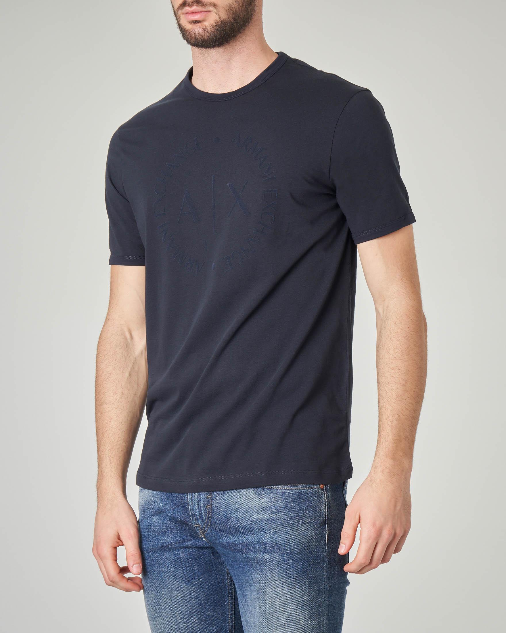 T-shirt blu con logo tono su tono