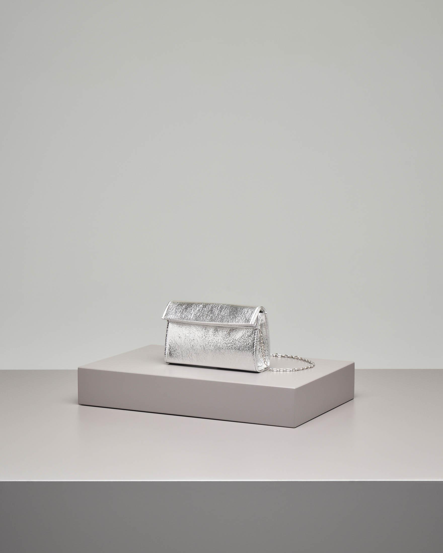 Pochette a base rigida in tessuto effetto laminato color argento con piccola patta