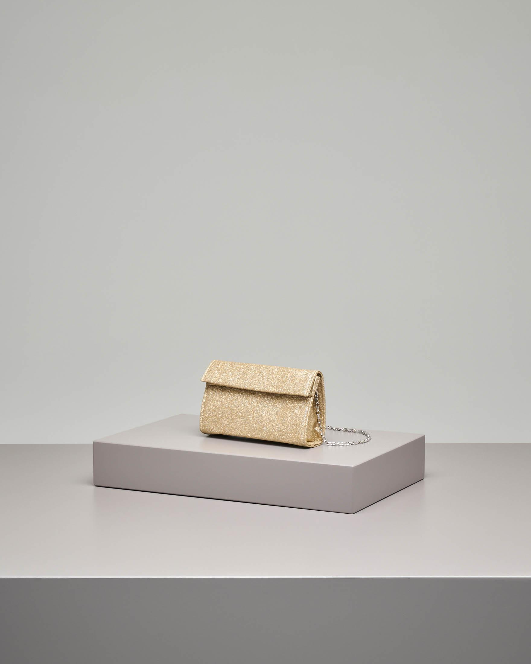 Pochette a base rigida in tessuto effetto glitter color oro con piccola patta