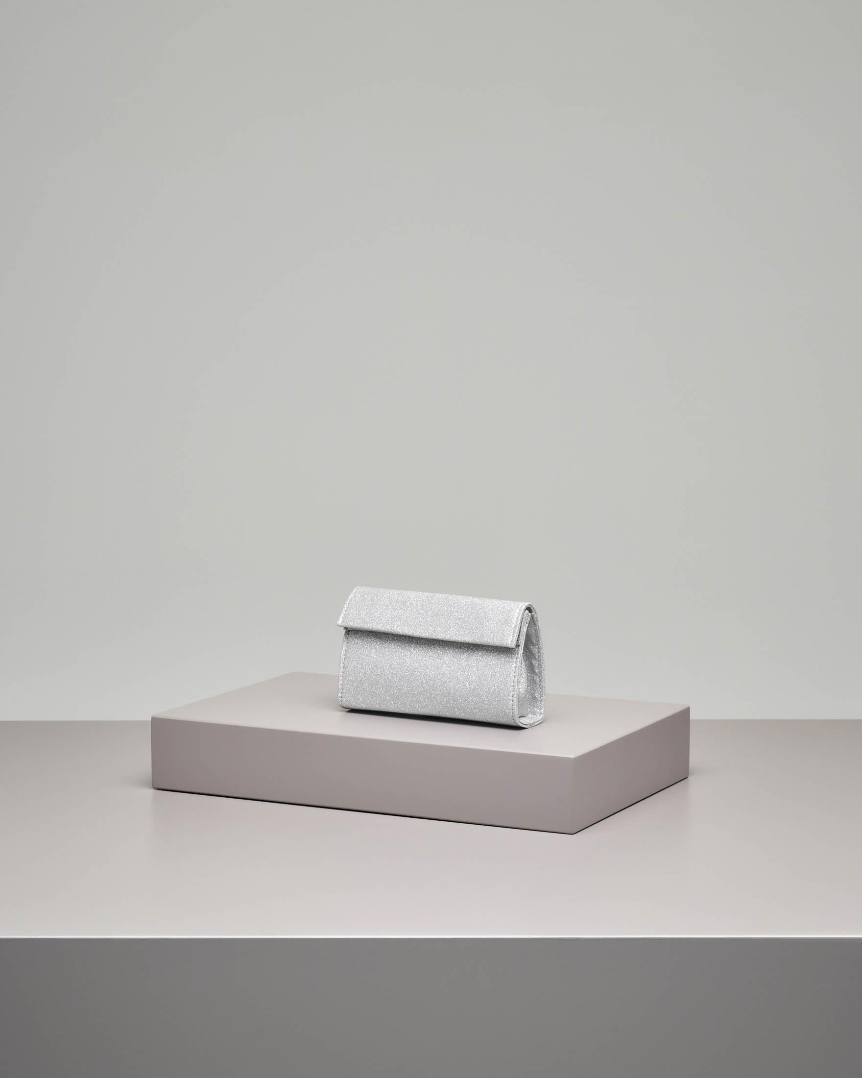 Pochette a base rigida in tessuto effetto glitter argento con piccola patta