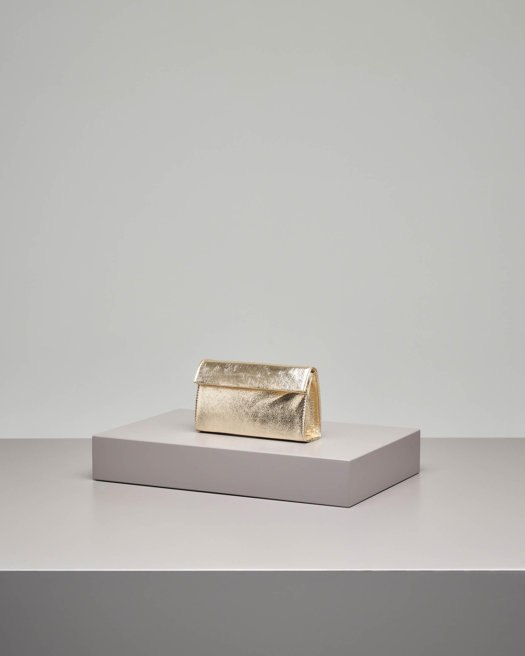 Pochette a base rigida in tessuto effetto laminato color oro con piccola patta