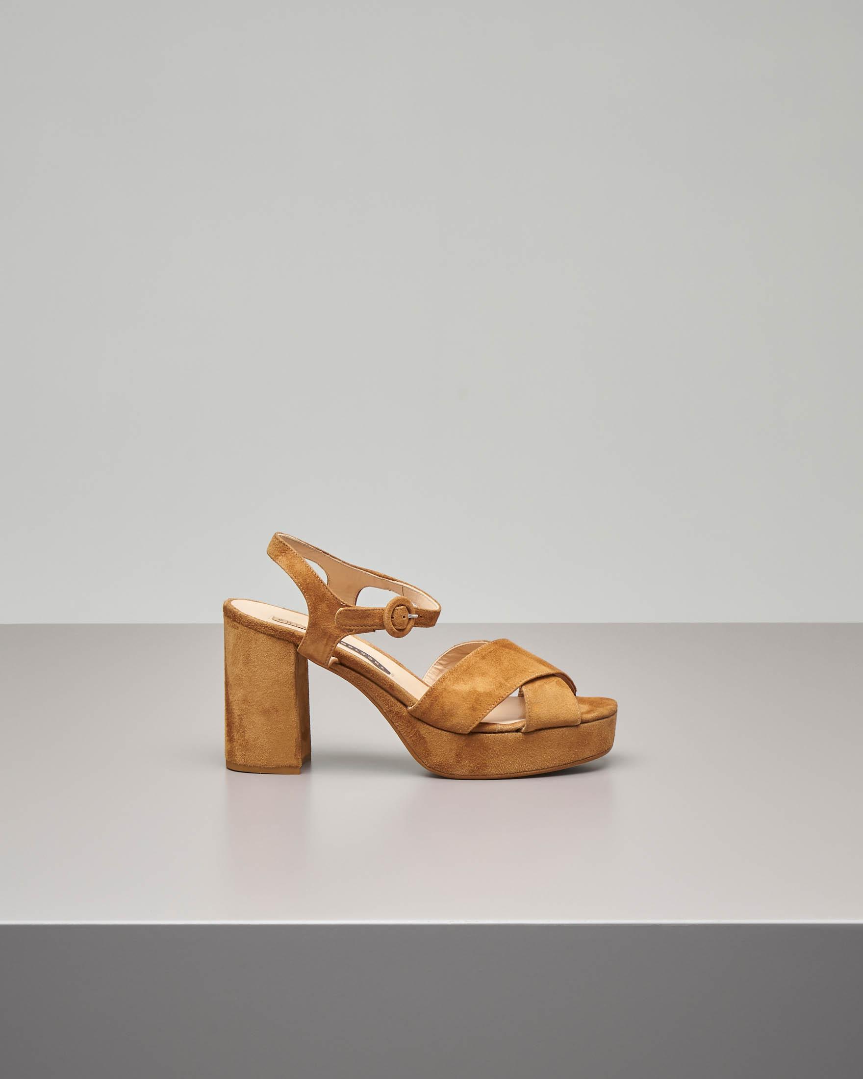 Sandalo plateau in camoscio color cuoio con cinturino alla caviglia e fascette incrociate