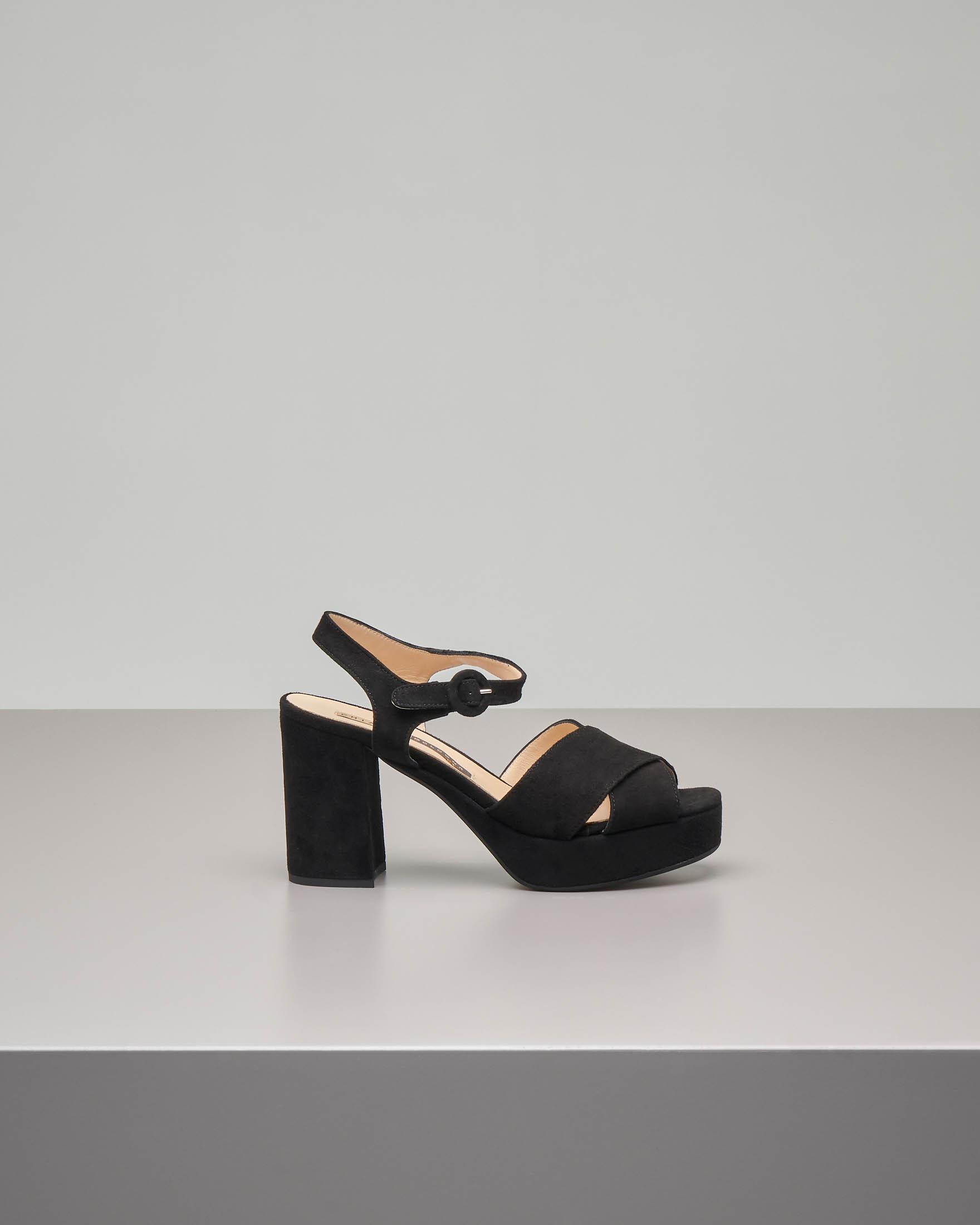 Sandalo plateau in camoscio nero con cinturino alla caviglia e fascette incrociate