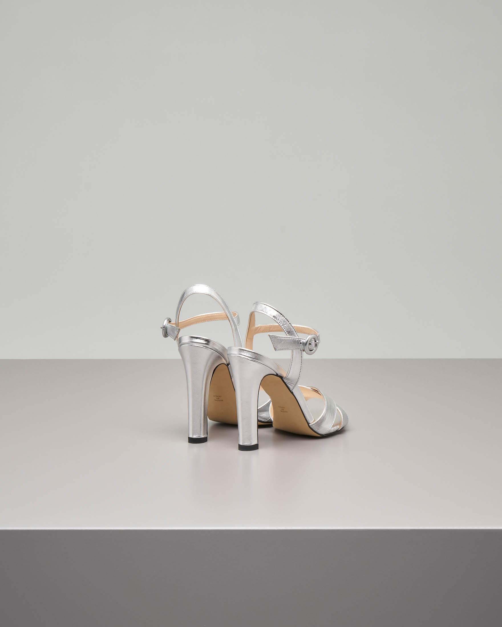 Sandalo alto in pelle color argento effetto laminato con fascette incrociate | Pellizzari E commerce
