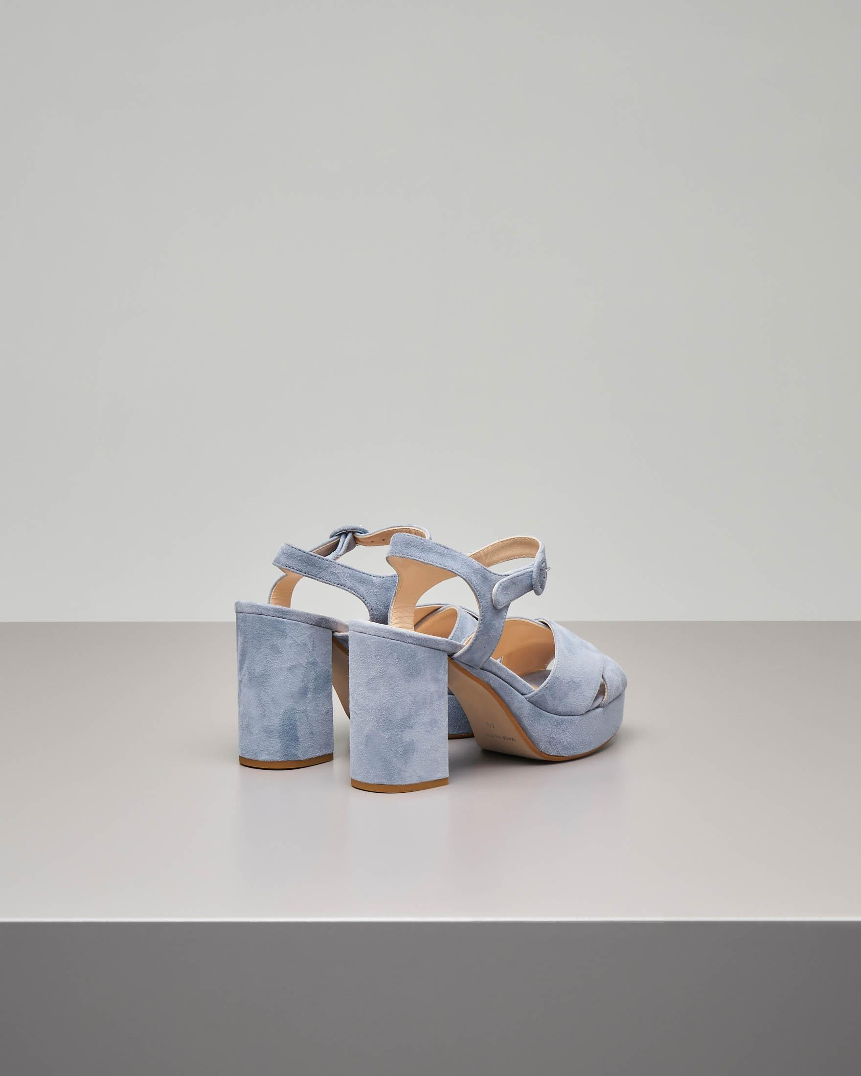 Sandalo plateau in camoscio color grigio polvere con cinturino alla caviglia e fascette incrociate