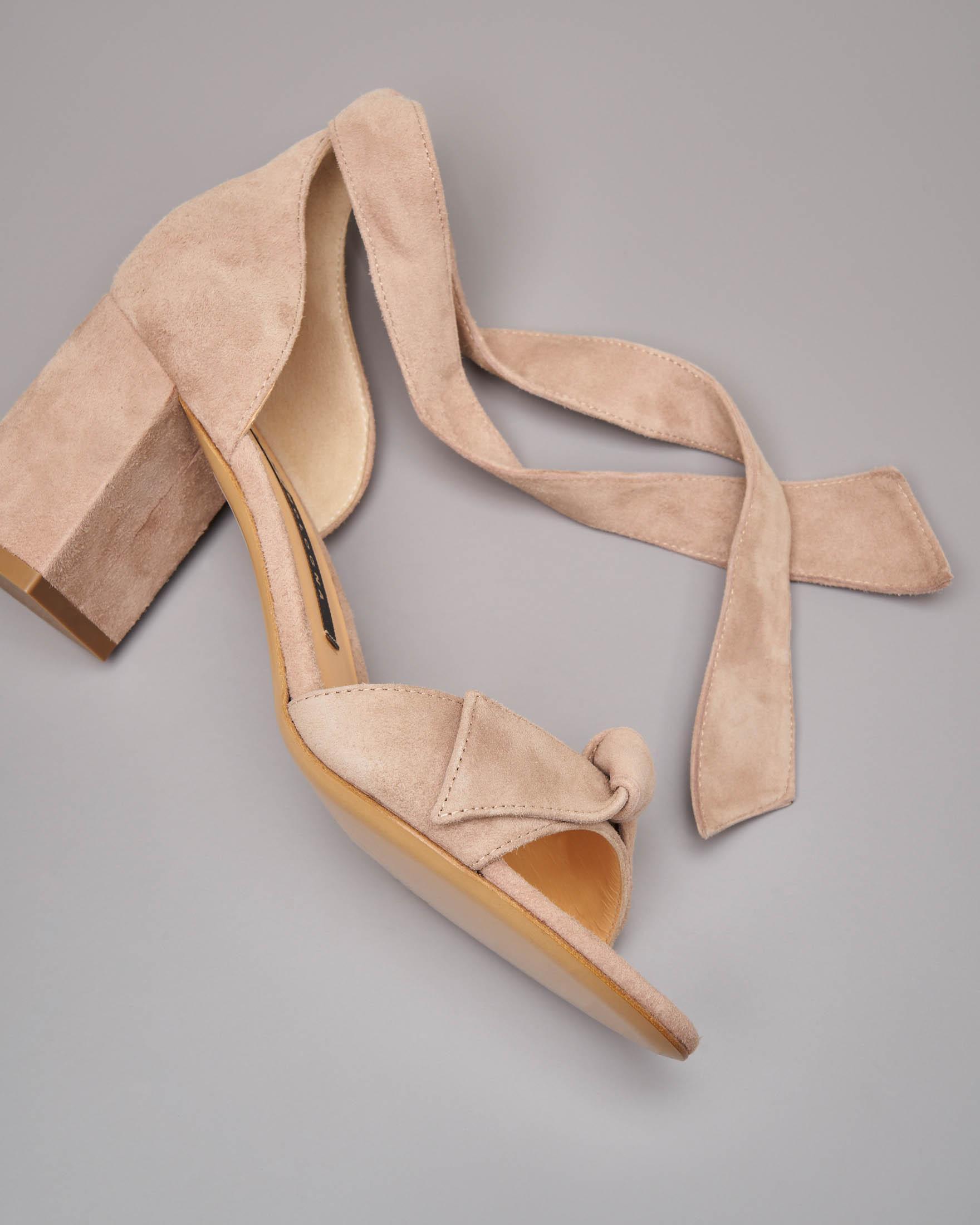 Sandalo in camoscio color cipria con tallone chiuso e fiocco alla caviglia