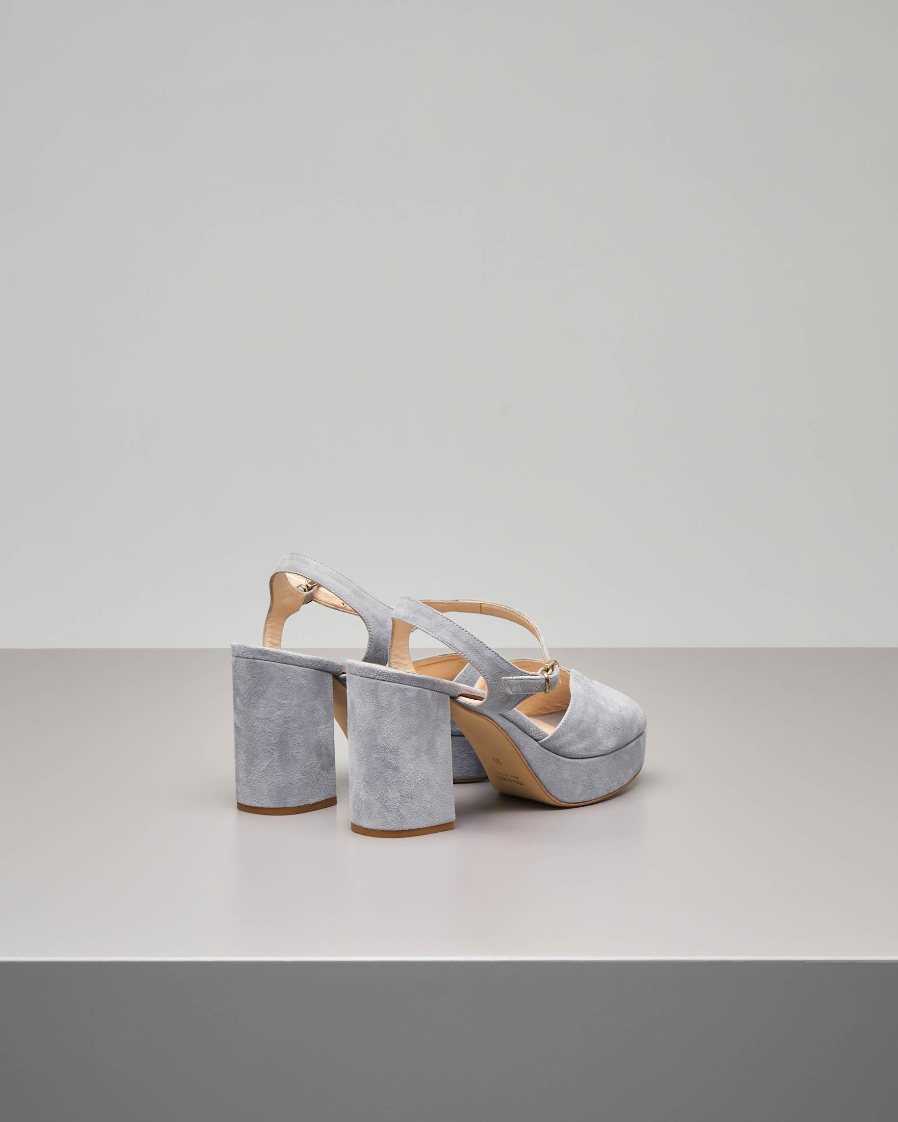 Sandalo plateau in camoscio color grigio polvere con cinturino alla caviglia e fascetta a forma di cuore.