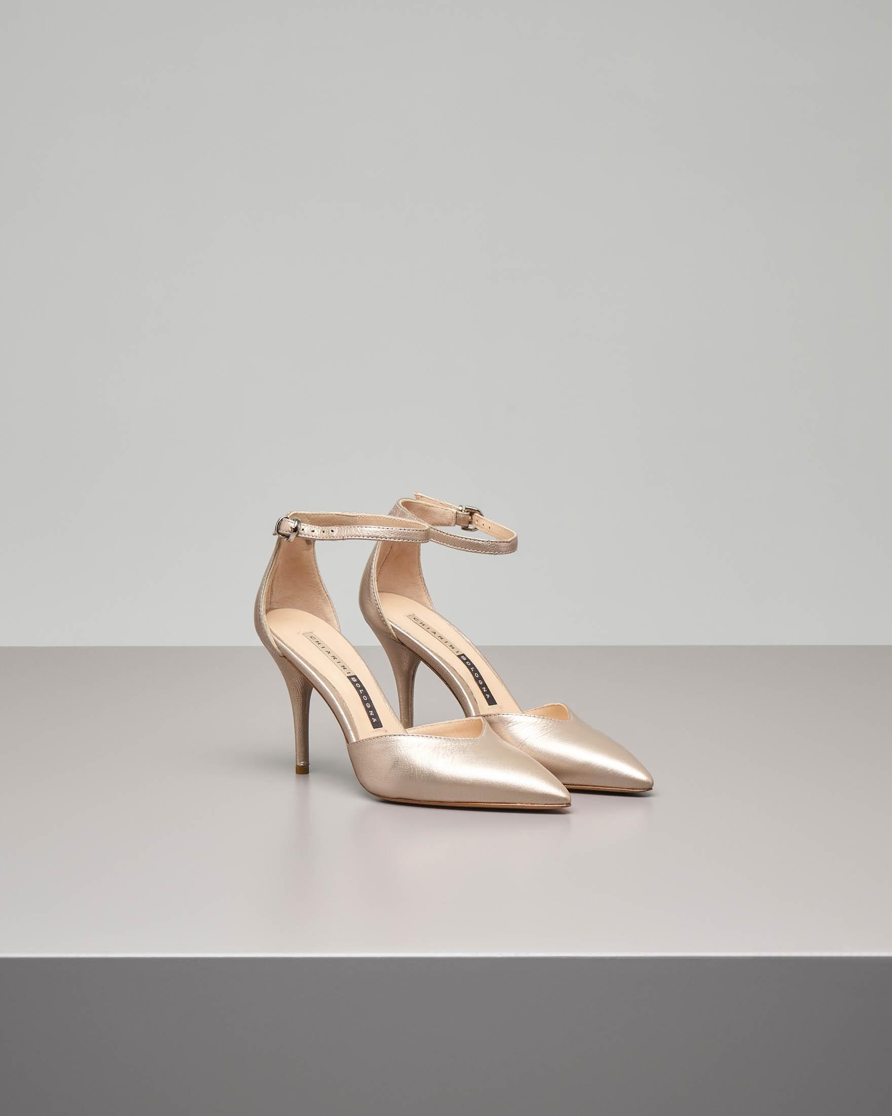 Sandalo a punta in cuoio color oro con cinturino alla caviglia