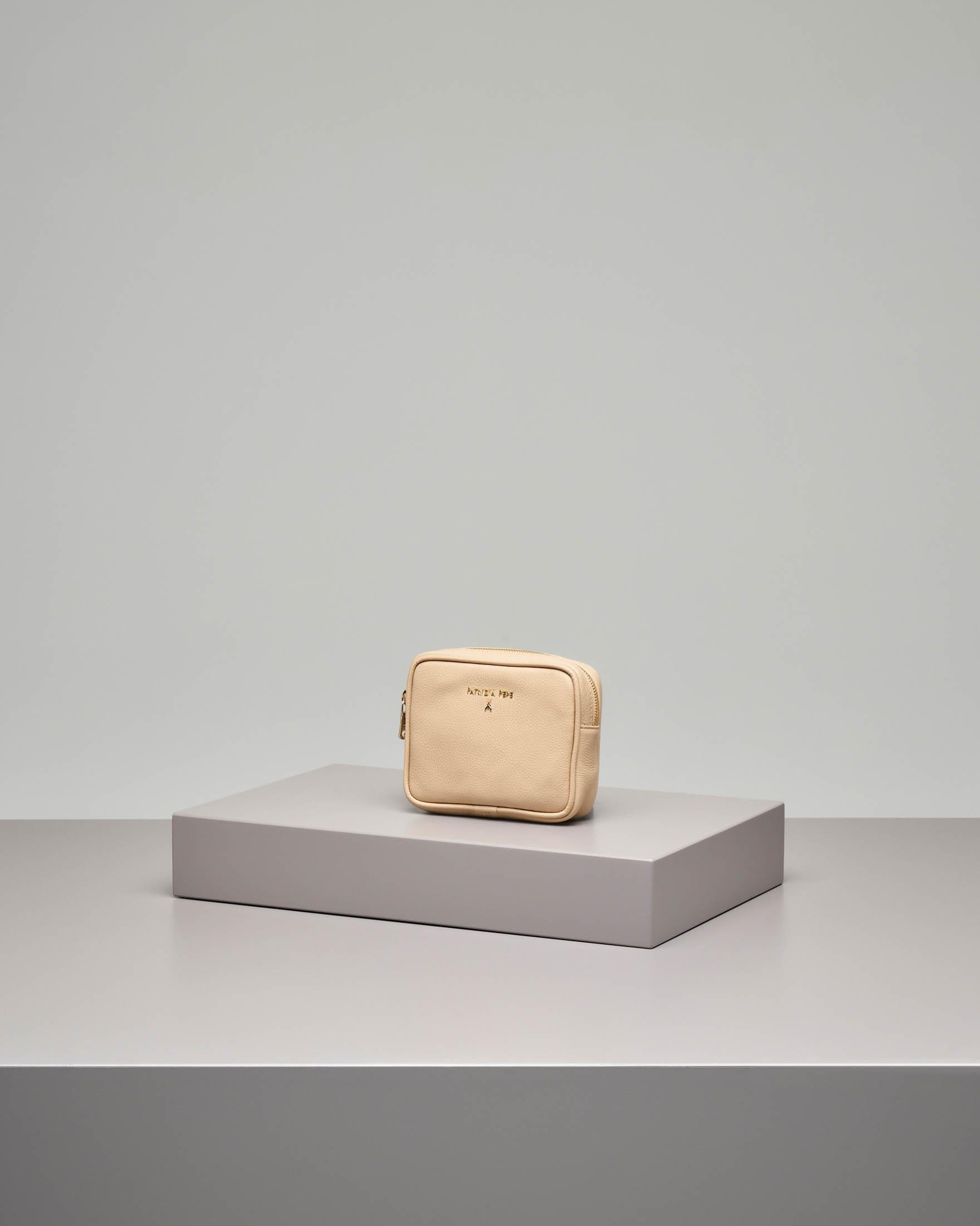 Pochette beige quadrata in pelle con logo