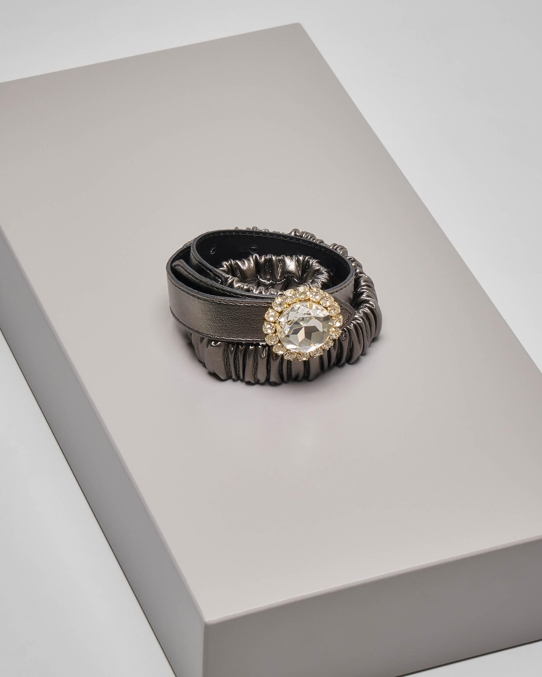 Cintura in ecopelle color bronzo effetto arricciato e chiusura gioiello