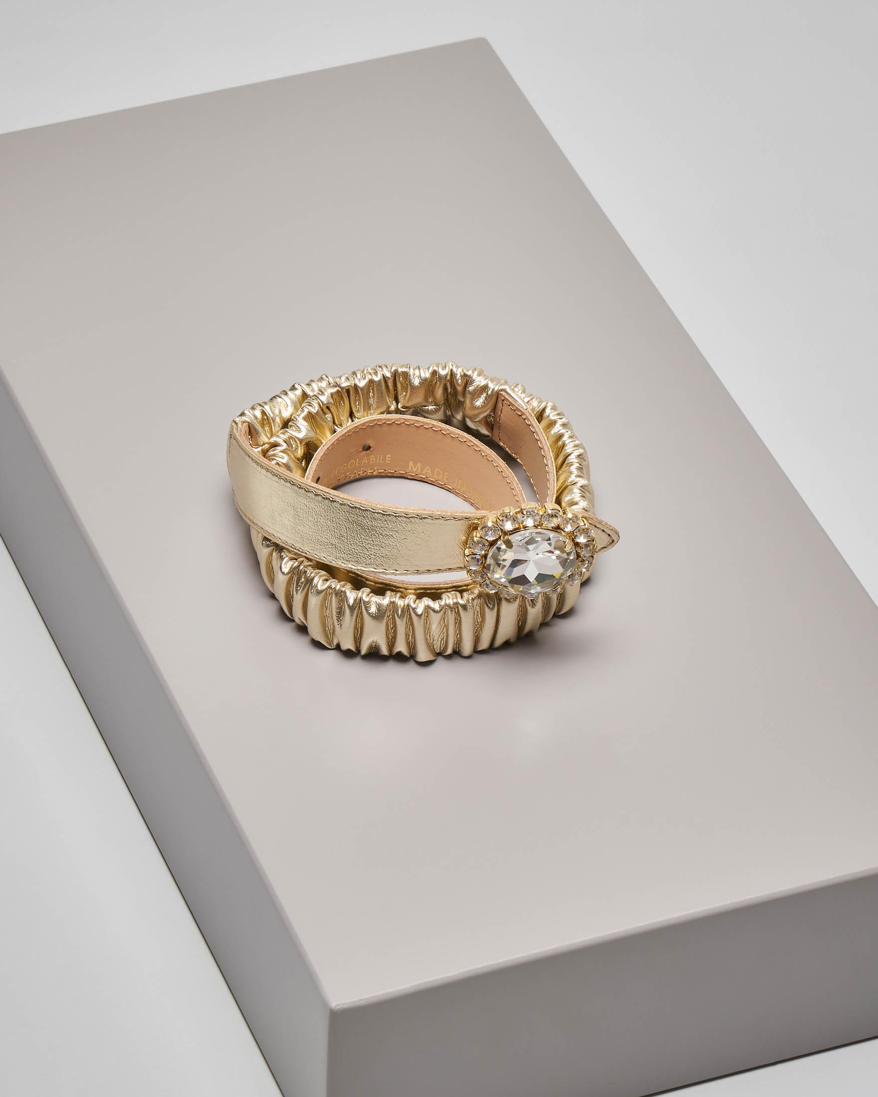 Cintura in ecopelle color oro effetto arricciato e chiusura gioiello