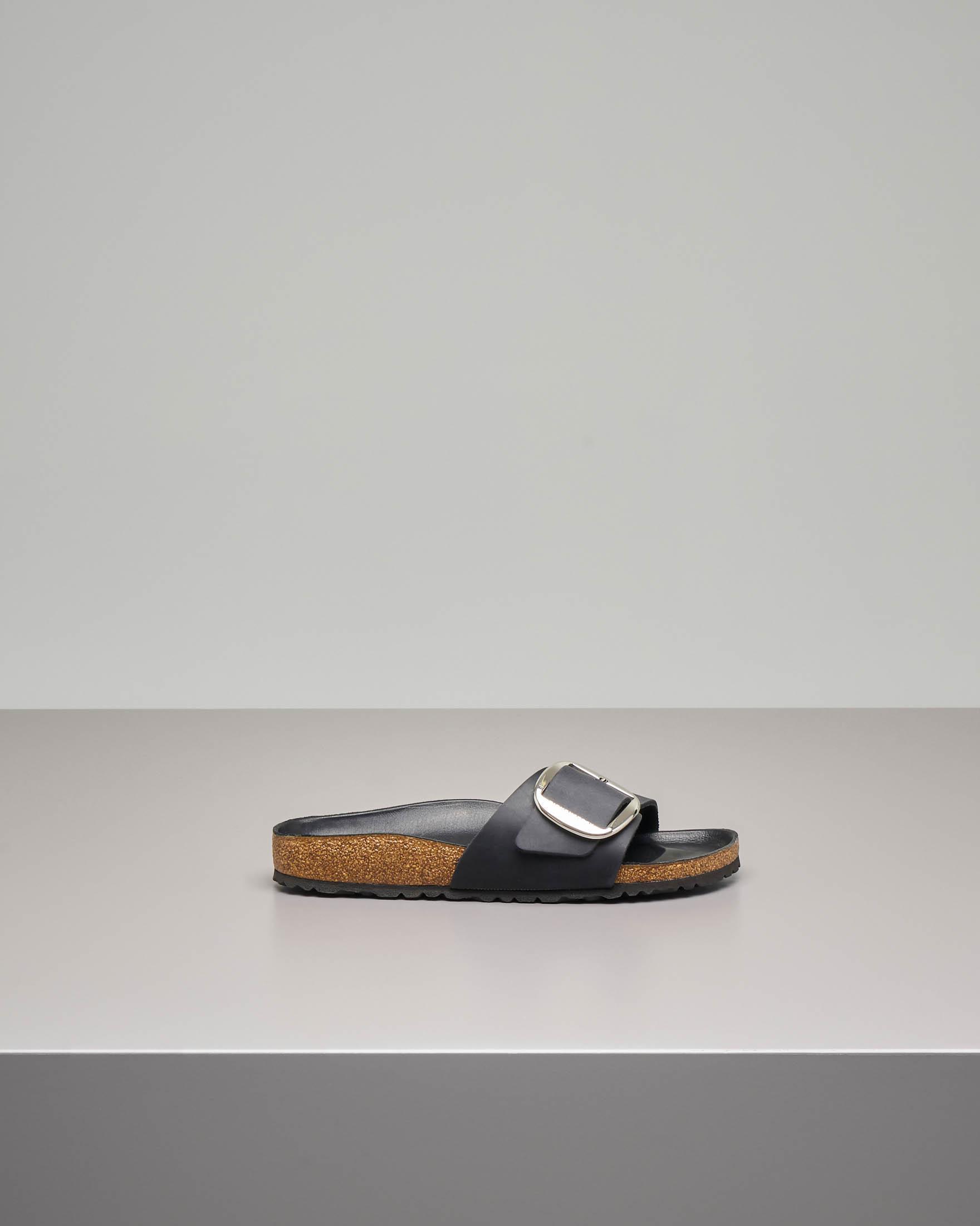 Sandalo Madrid in pelle nera con fascetta e fibbia in metallo