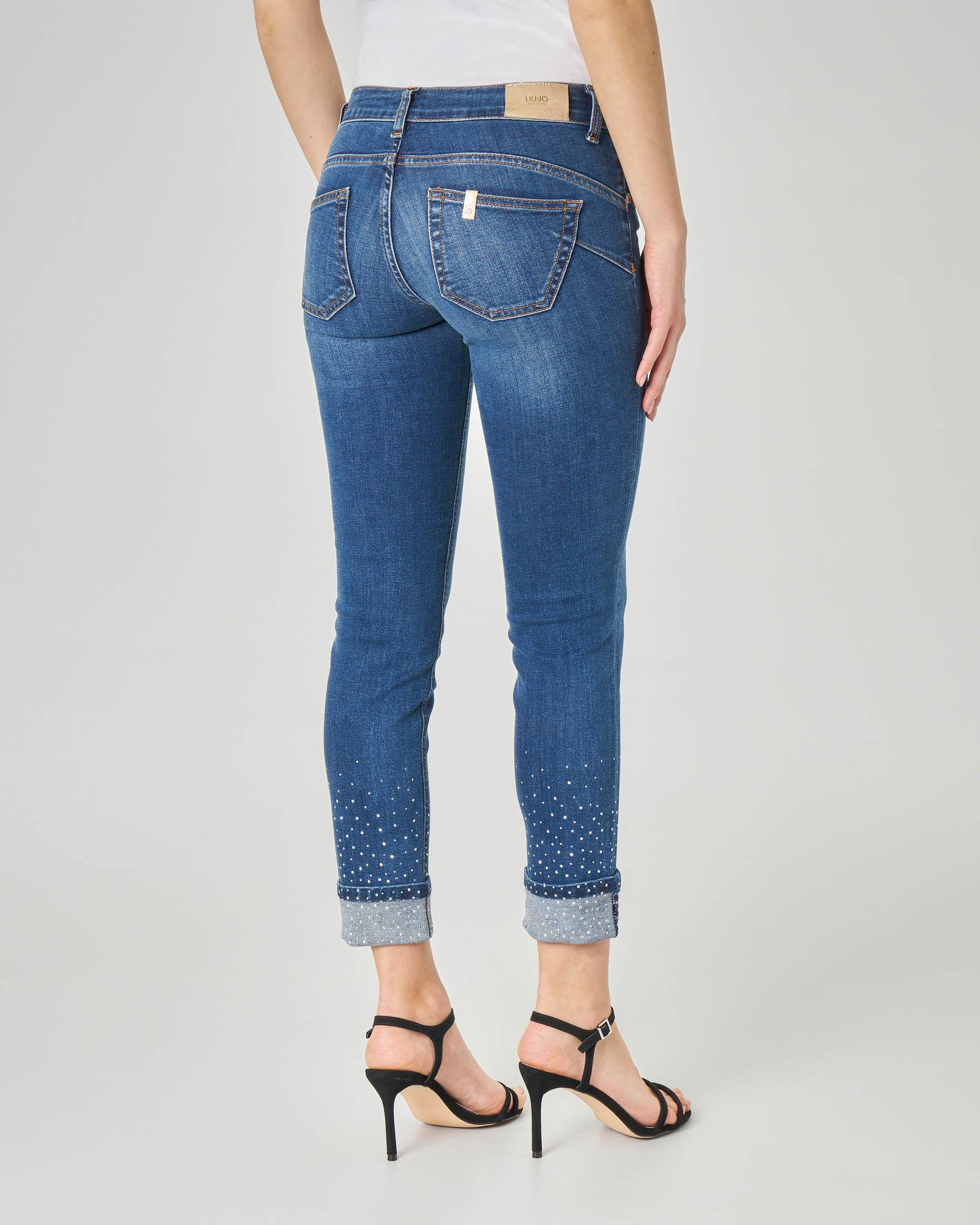 Jeans skinny blu stone washed con risvolto e strass applicati