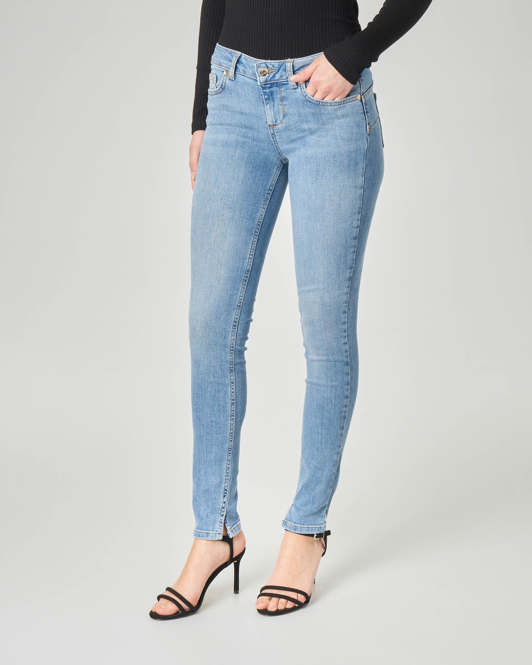 Jeans skinny blu délavé con spacchetti sul fondo