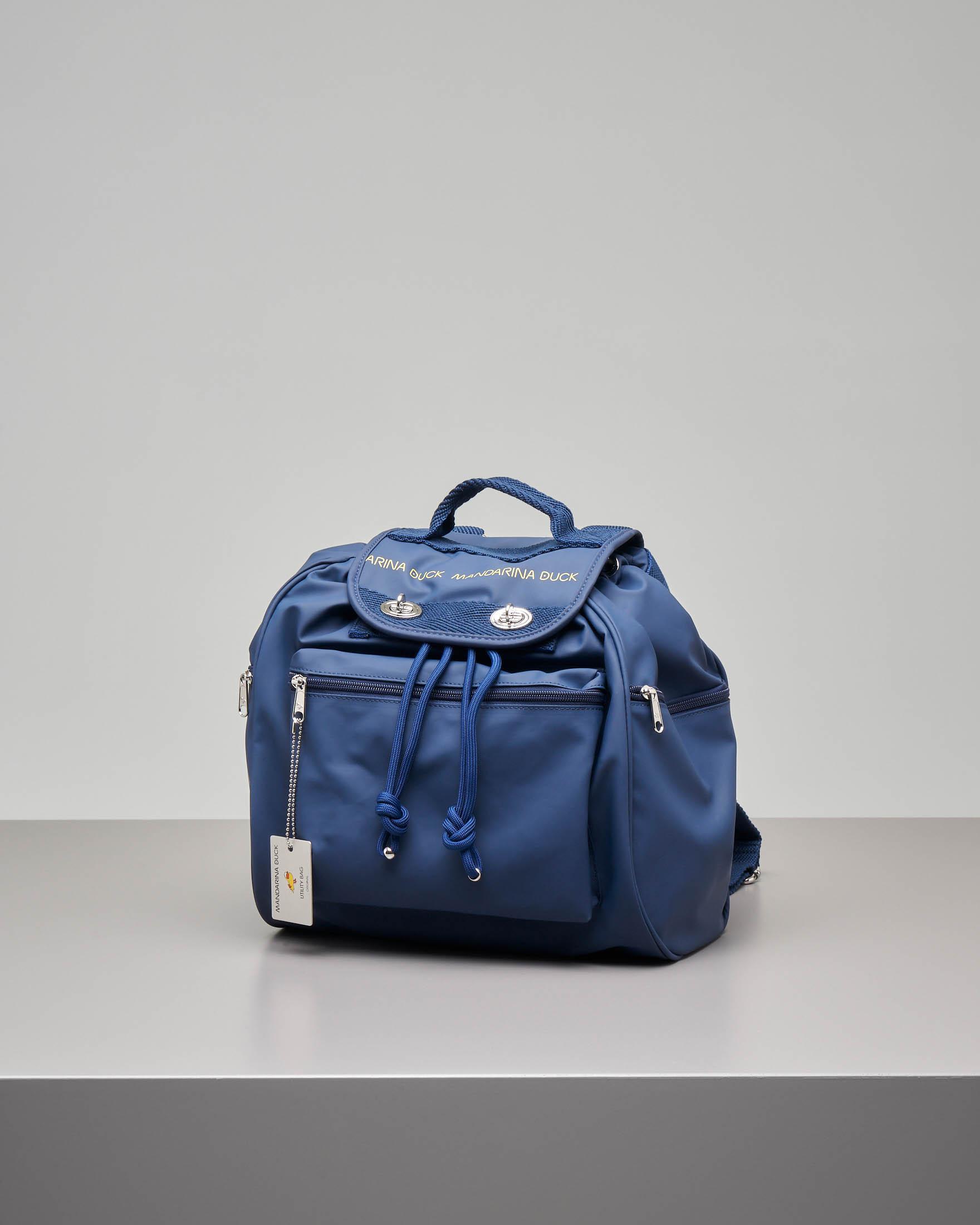 Zaino modello Utility blu in ecopelle con patta e scritta logo e tasche con zip
