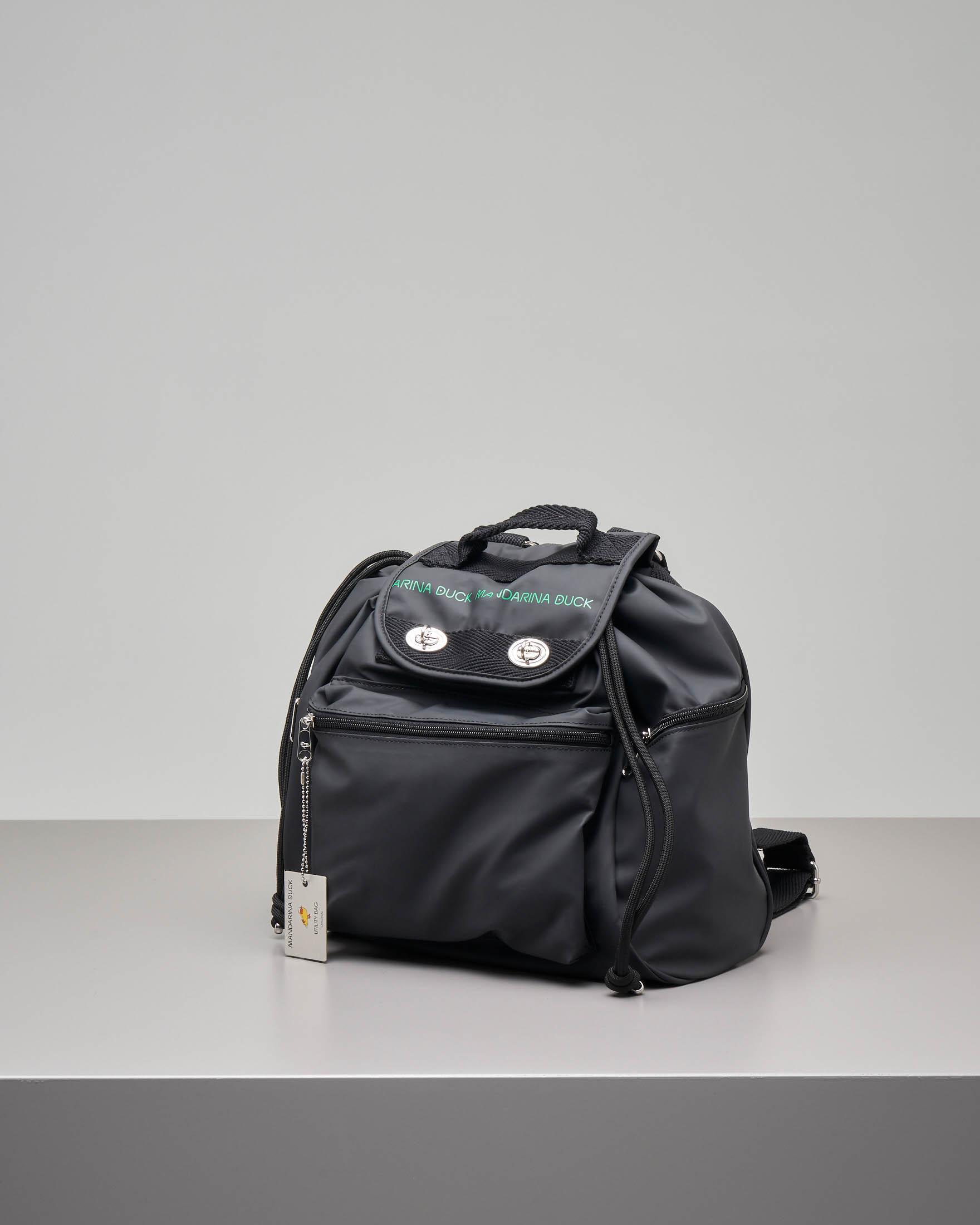 Zaino modello Utility nero in ecopelle con patta e scritta logo e tasche con zip