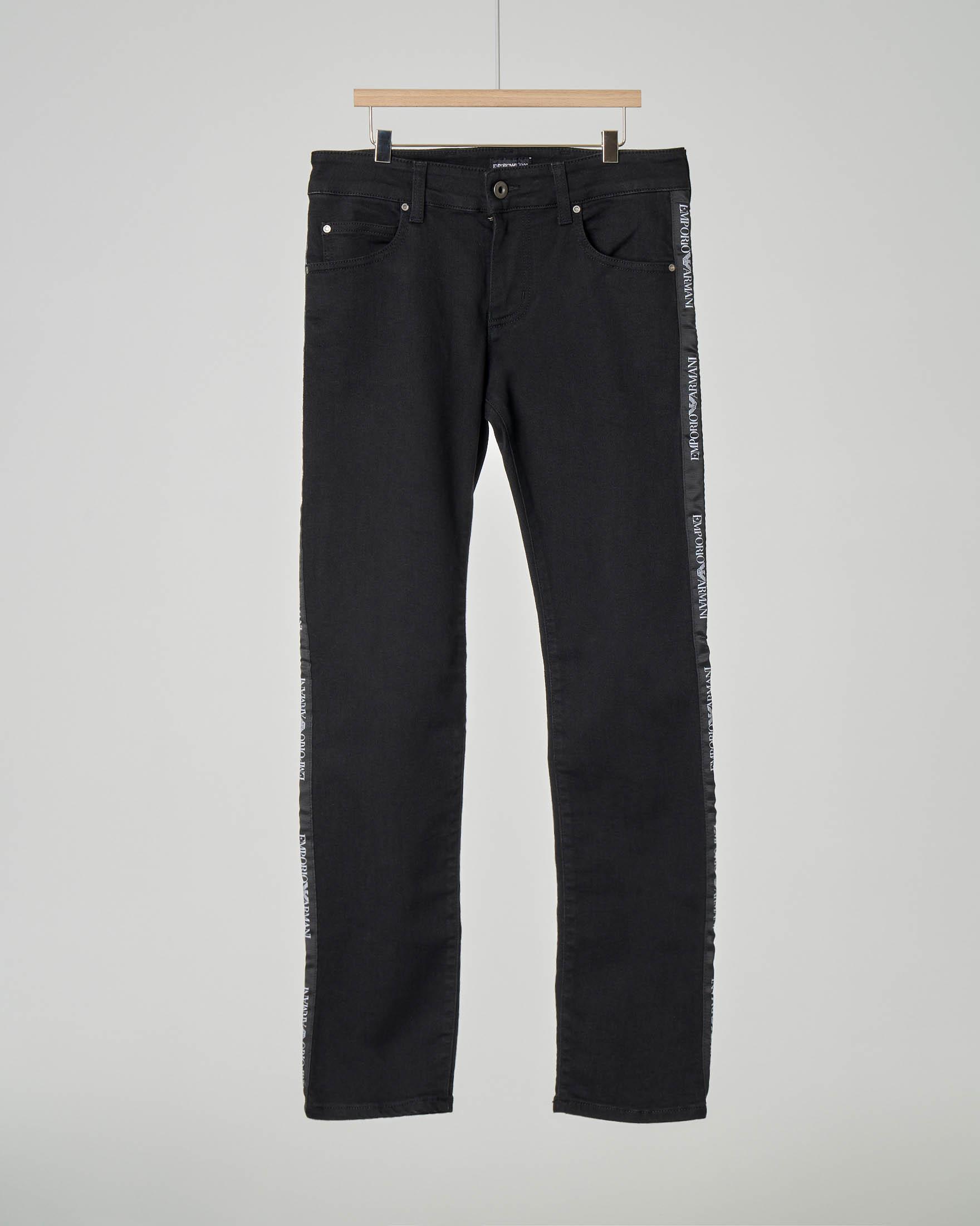 Jeans nero con banda logata