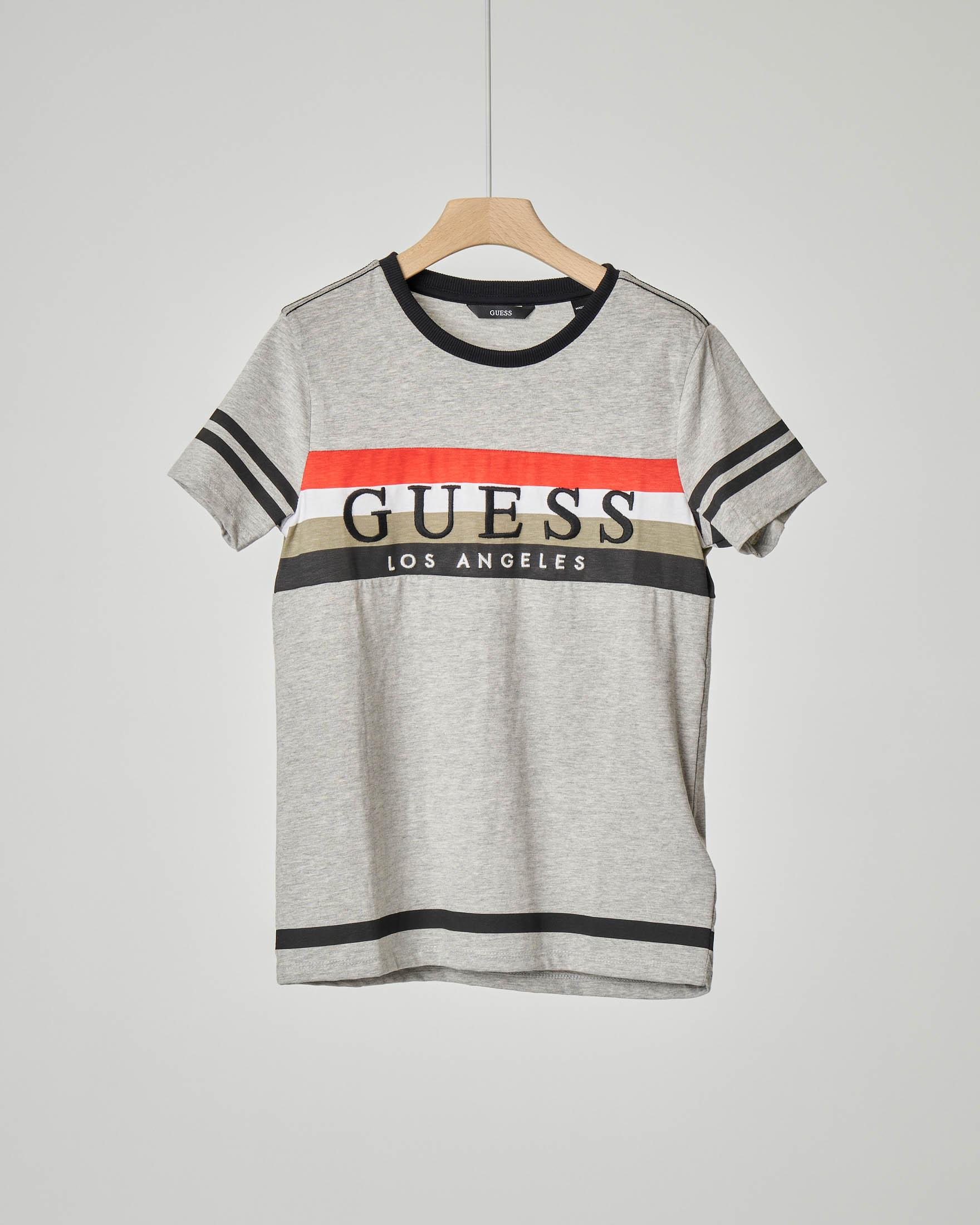 T-shirt grigia con fascia a quattro colori e logo