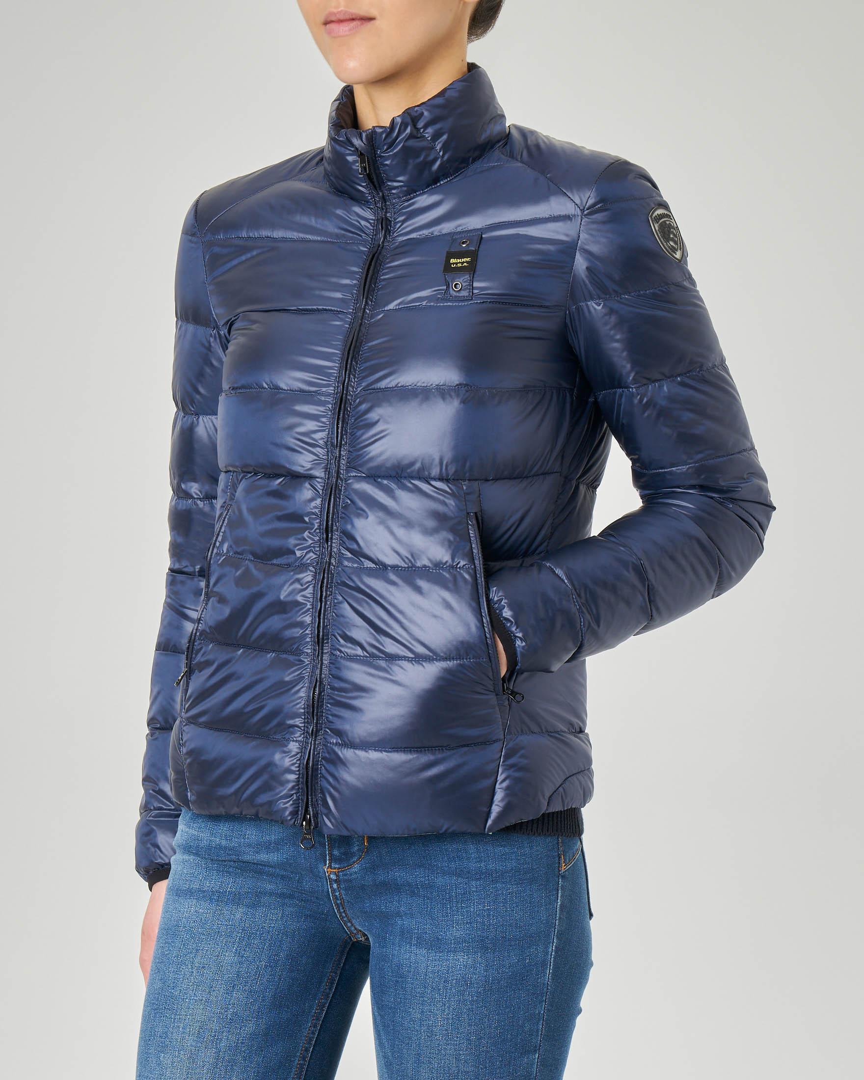 Piumino leggero blu con imbottitura orizzontale e collo alto