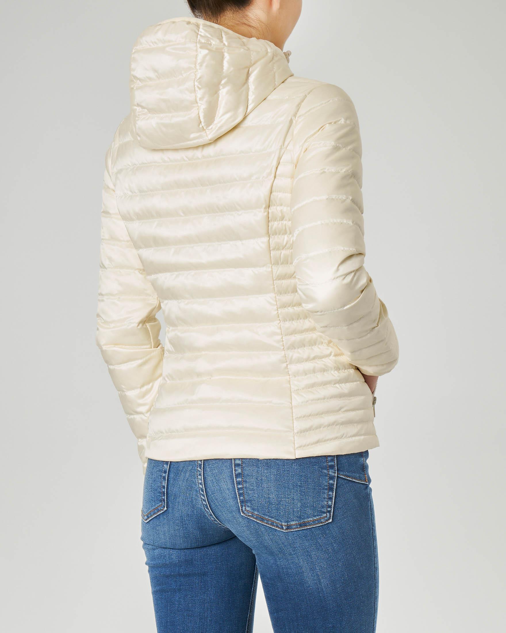 Piumino leggero color avorio con cappuccio in tessuto effetto lucido