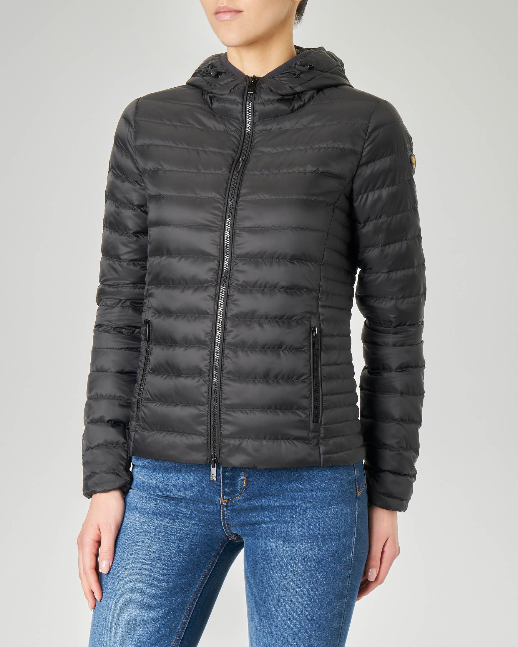 Piumino leggero con cappuccio colore nero e tessuto effetto opaco