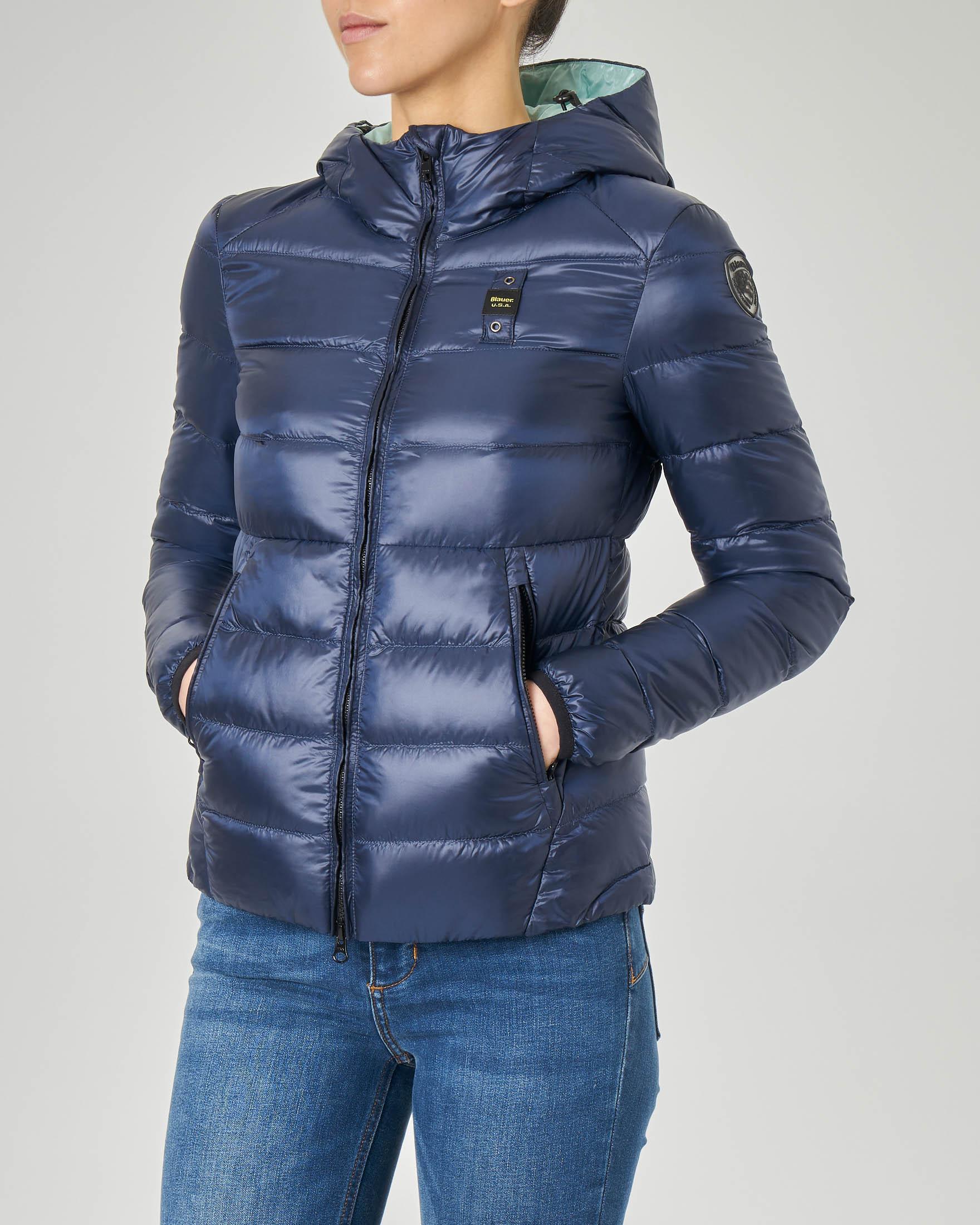 Piumino leggero blu con imbottitura orizzontale e cappuccio fisso
