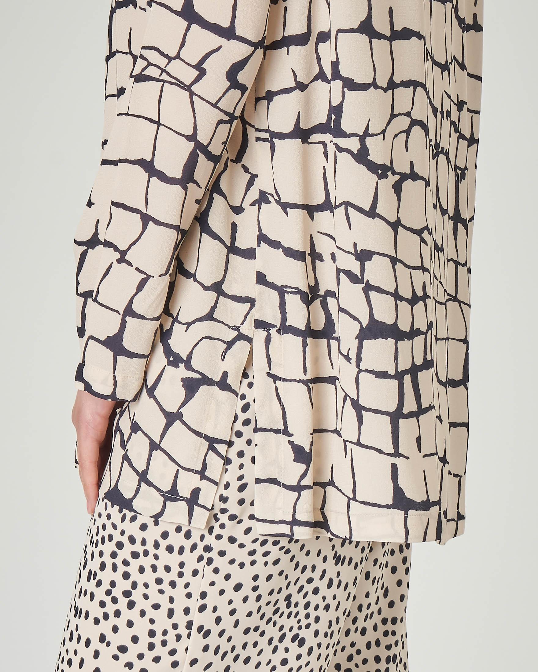 Blusa girocollo beige in georgette di viscosa con stampa effetto cracklè blu