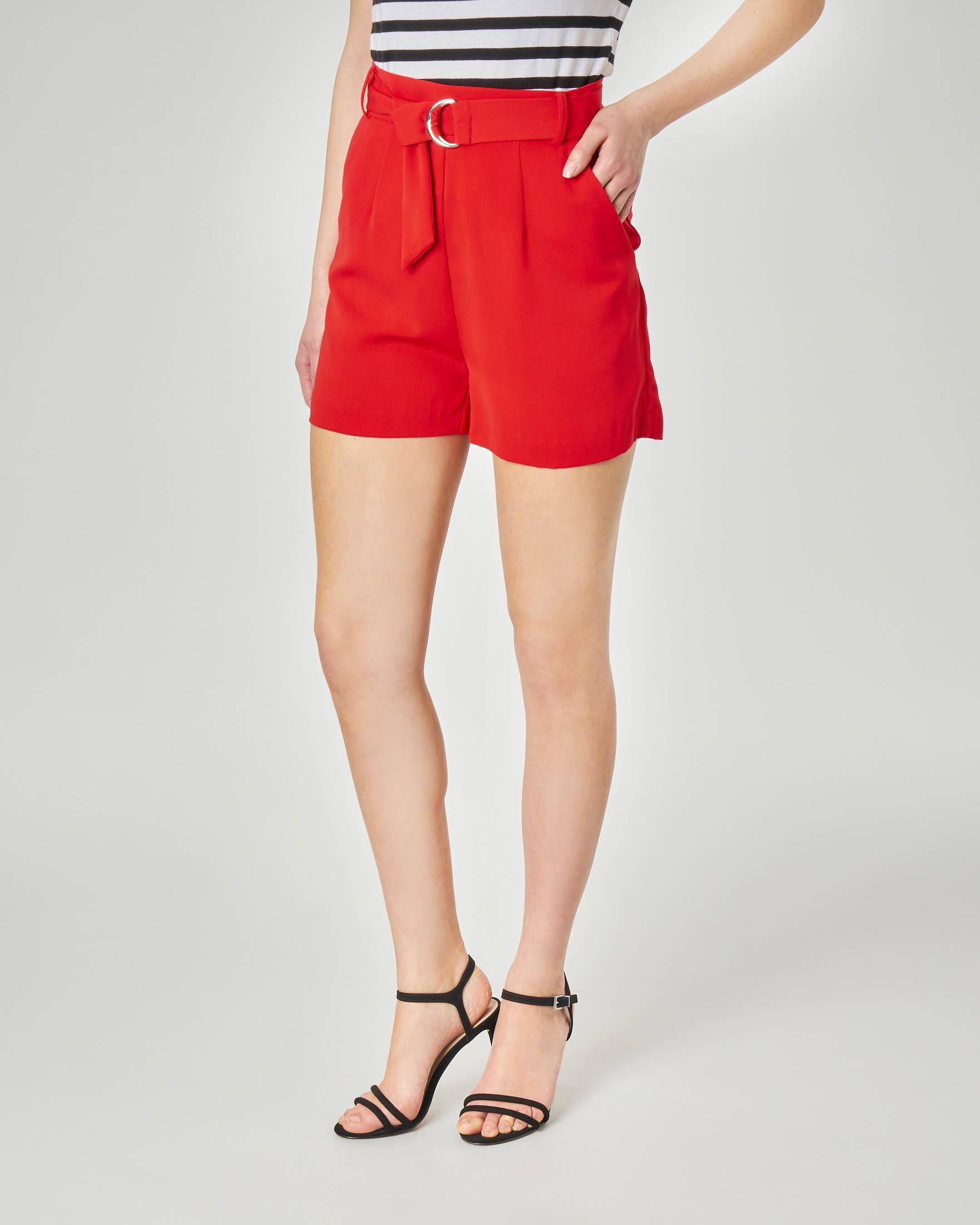 Shorts rossi con cintura in vita e fibbia in metallo