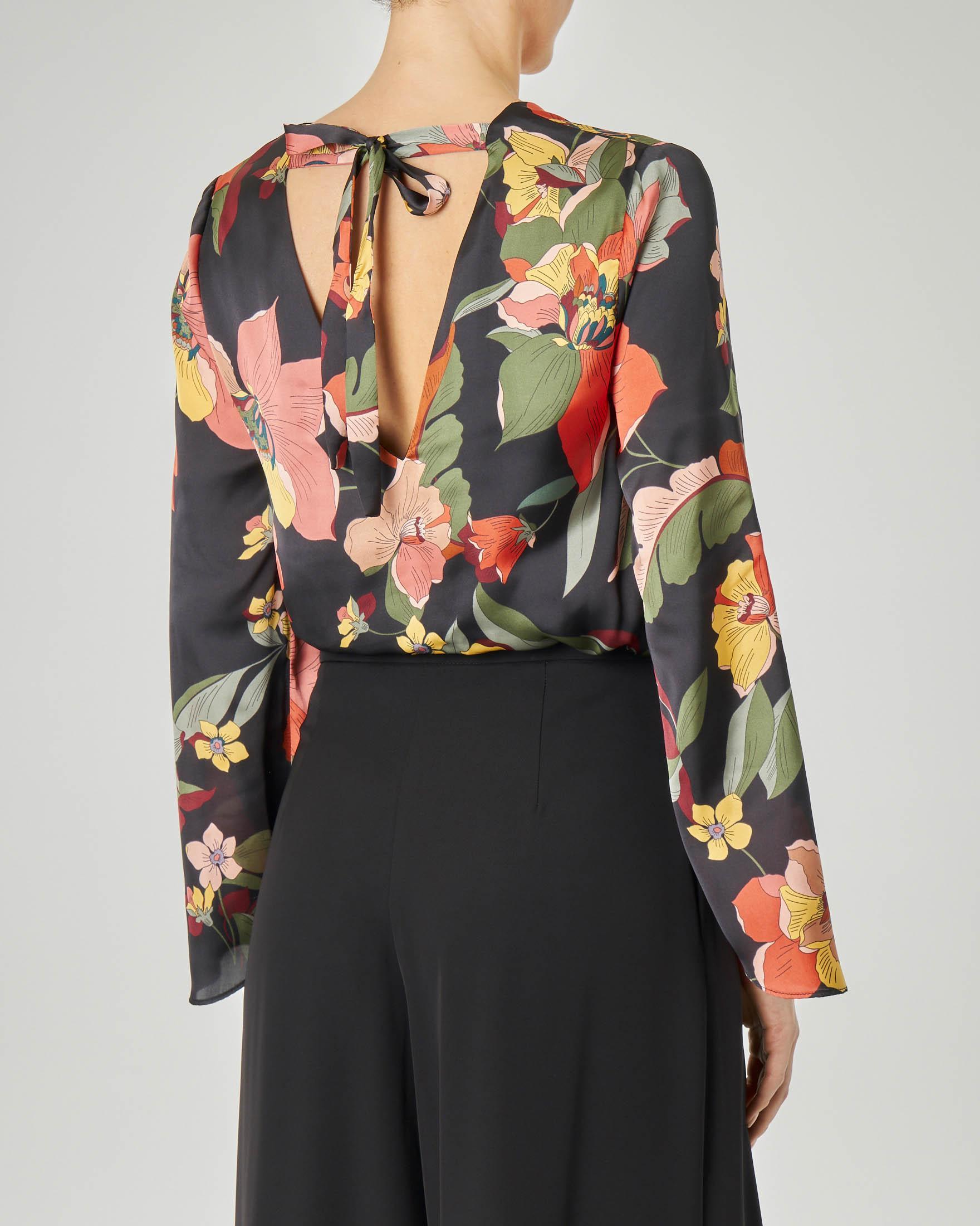 Blusa nera a fantasia floreale in tessuto effeto raso con scollo a V e fiocco sulla schiena