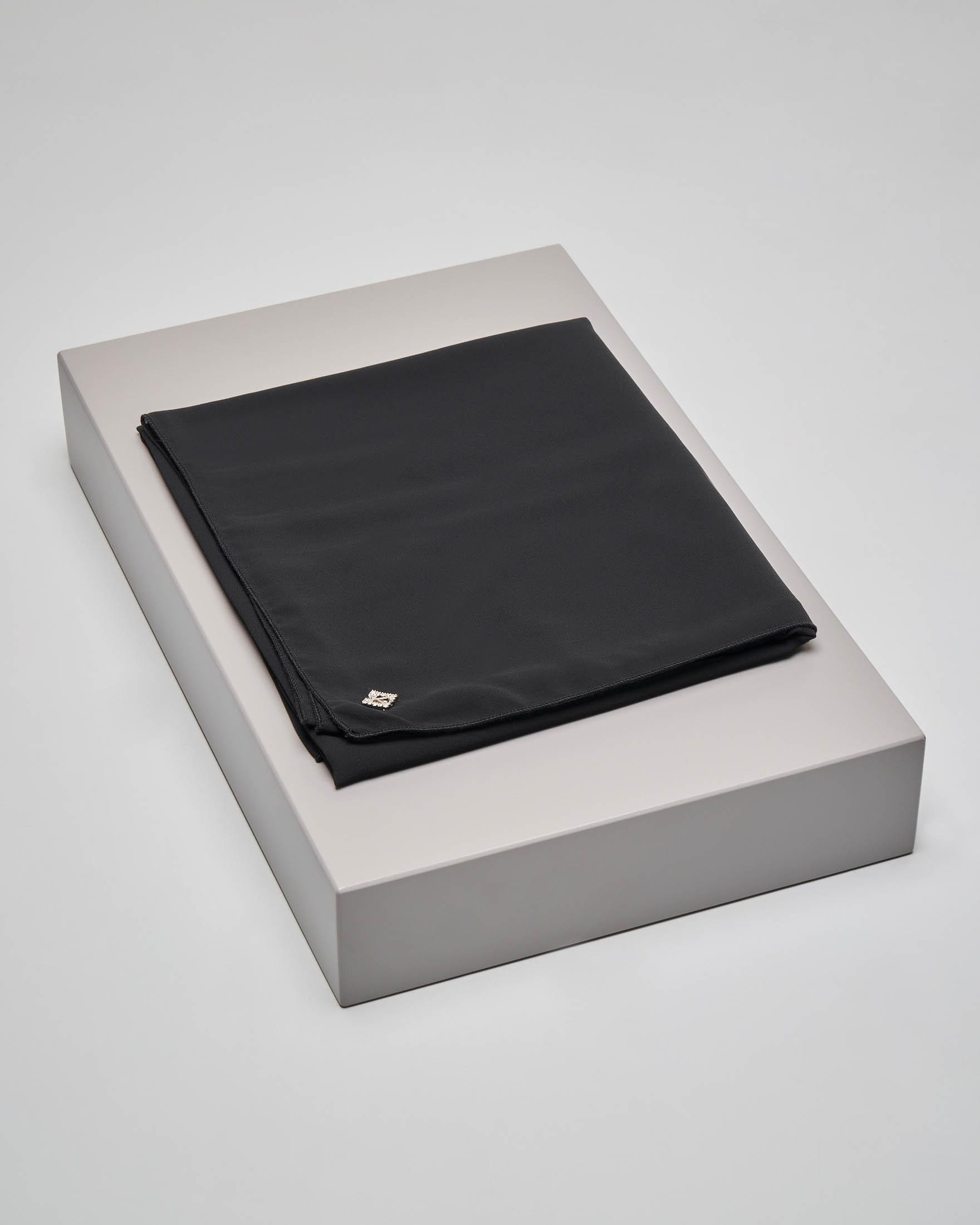 Stola nera in tessuto effetto chiffon di seta