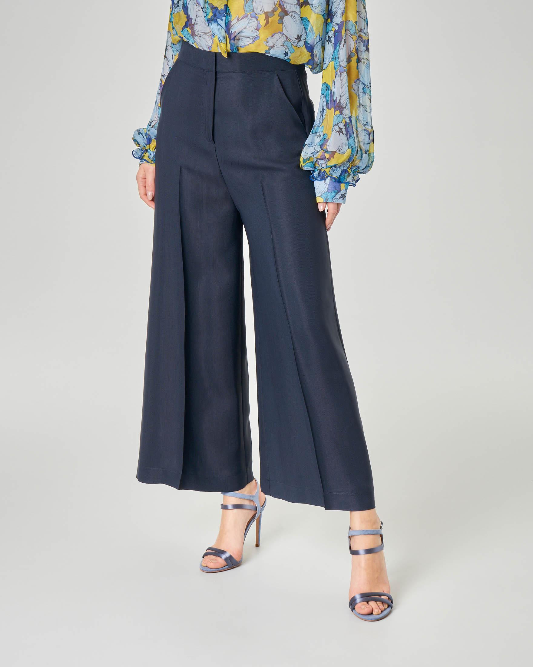 Pantalone blu in crêpe di viscosa ampio lunghezza alla caviglia con piega in rilievo