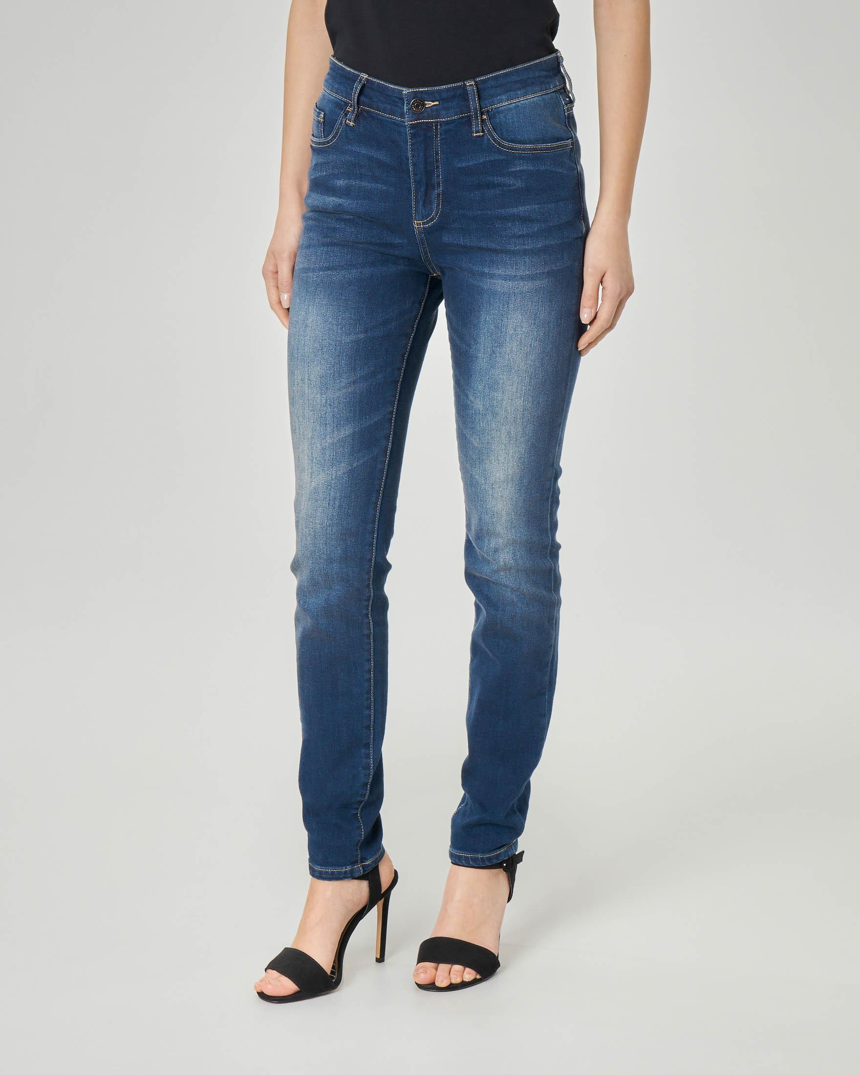 Jeans skinny vita media blu stone washed con schiariture sulle gambe