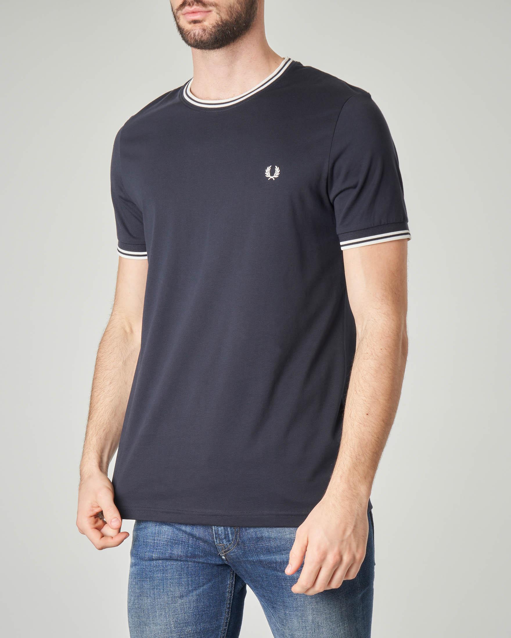 T-shirt blu con bordino bianco su collo e maniche