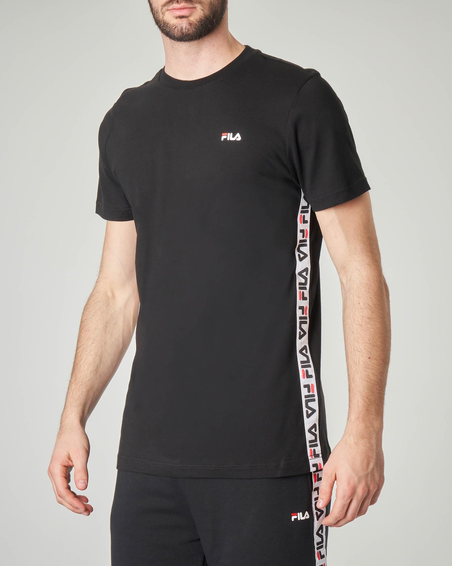T-shirt nera con banda logata
