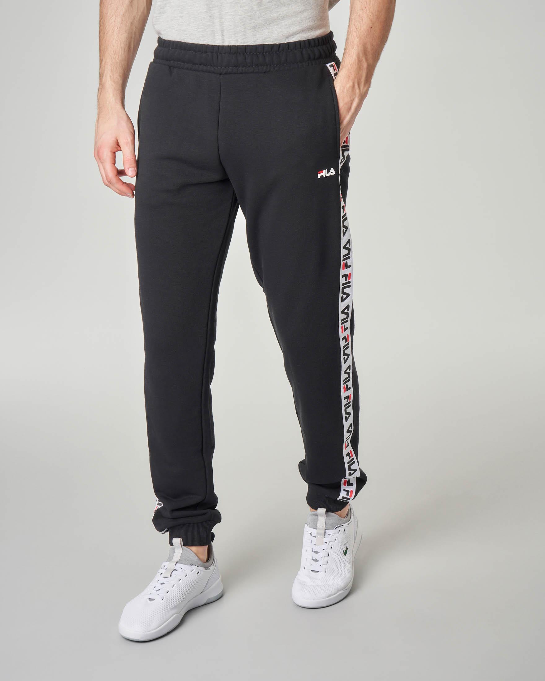 Pantalone nero in felpa con banda logata