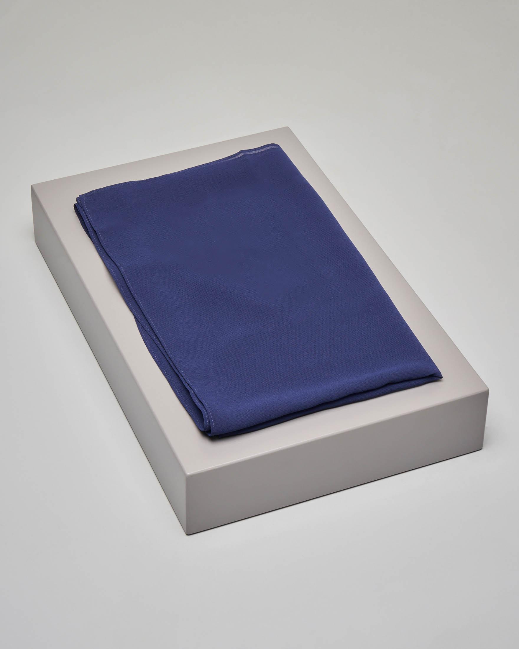 Stola blu in georgette con scollo a barchetta e bottoncini sulla spalla