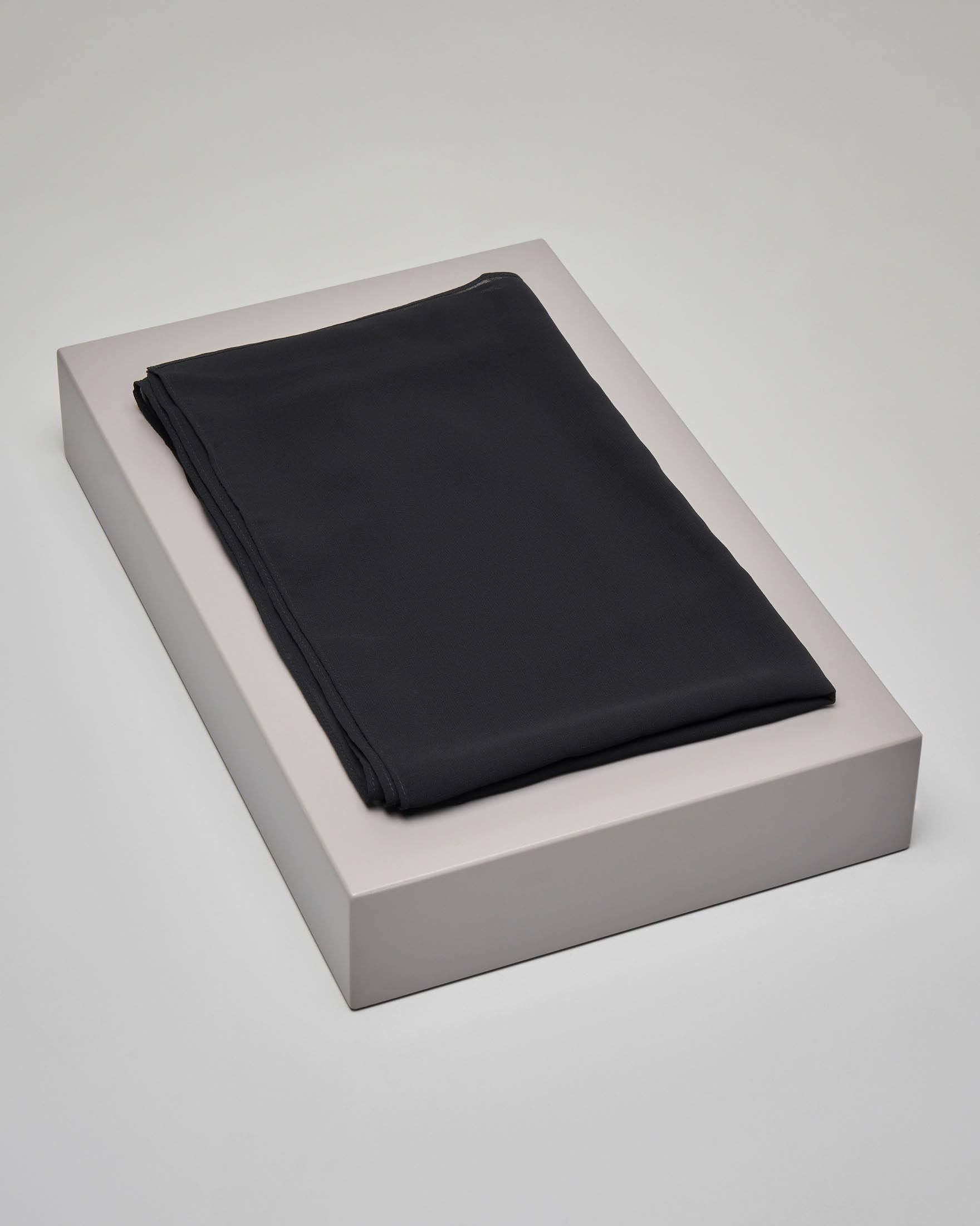 Stola nera in georgette con scollo a barchetta e bottoncini sulla spalla