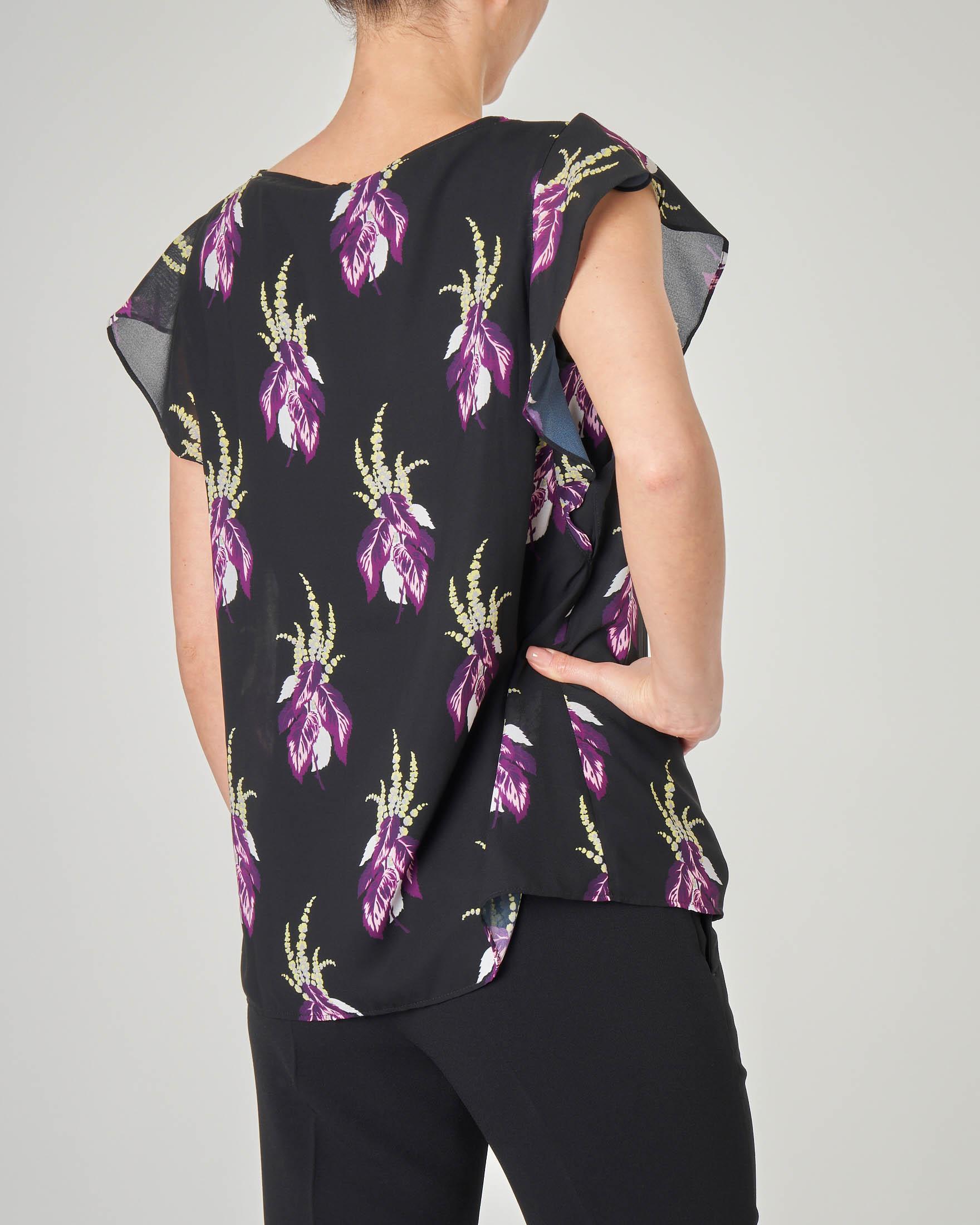 Blusa girocollo nera a fantasia floreale viola con maniche a volant