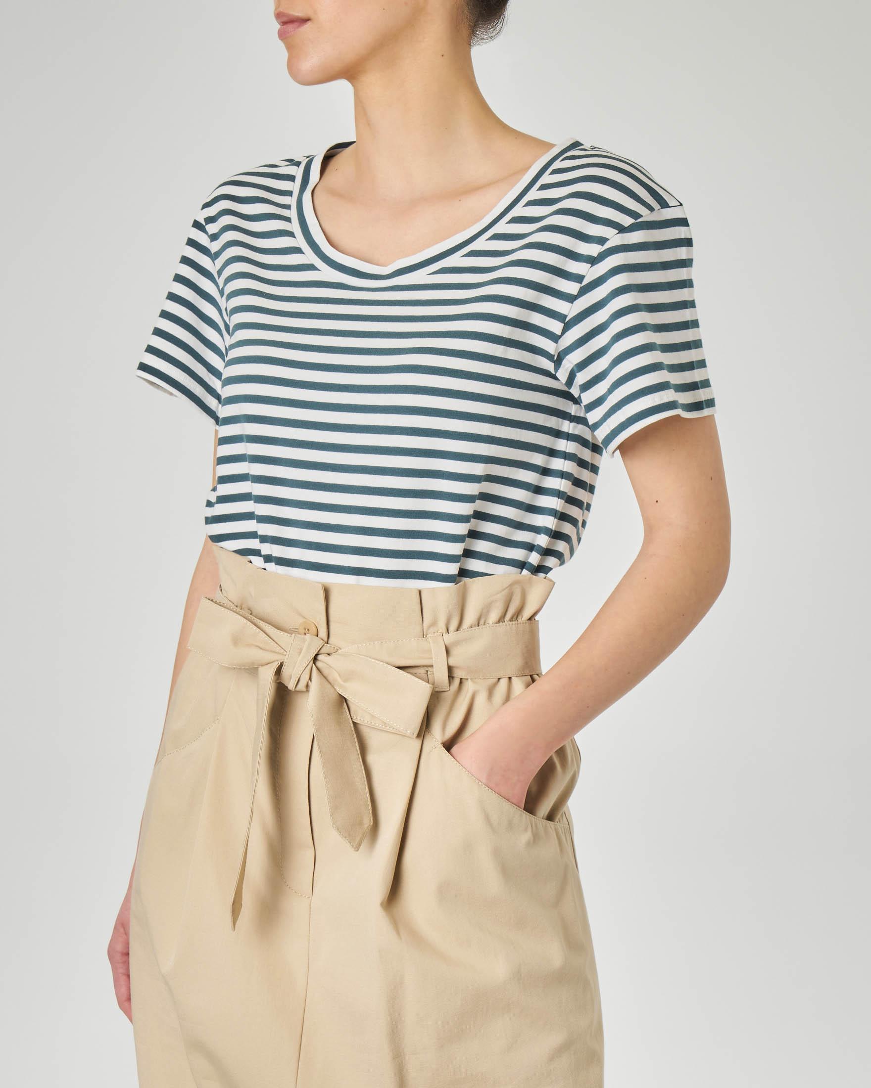 T-shirt girocollo in cotone elasticizzato a righe bianche e ottanio