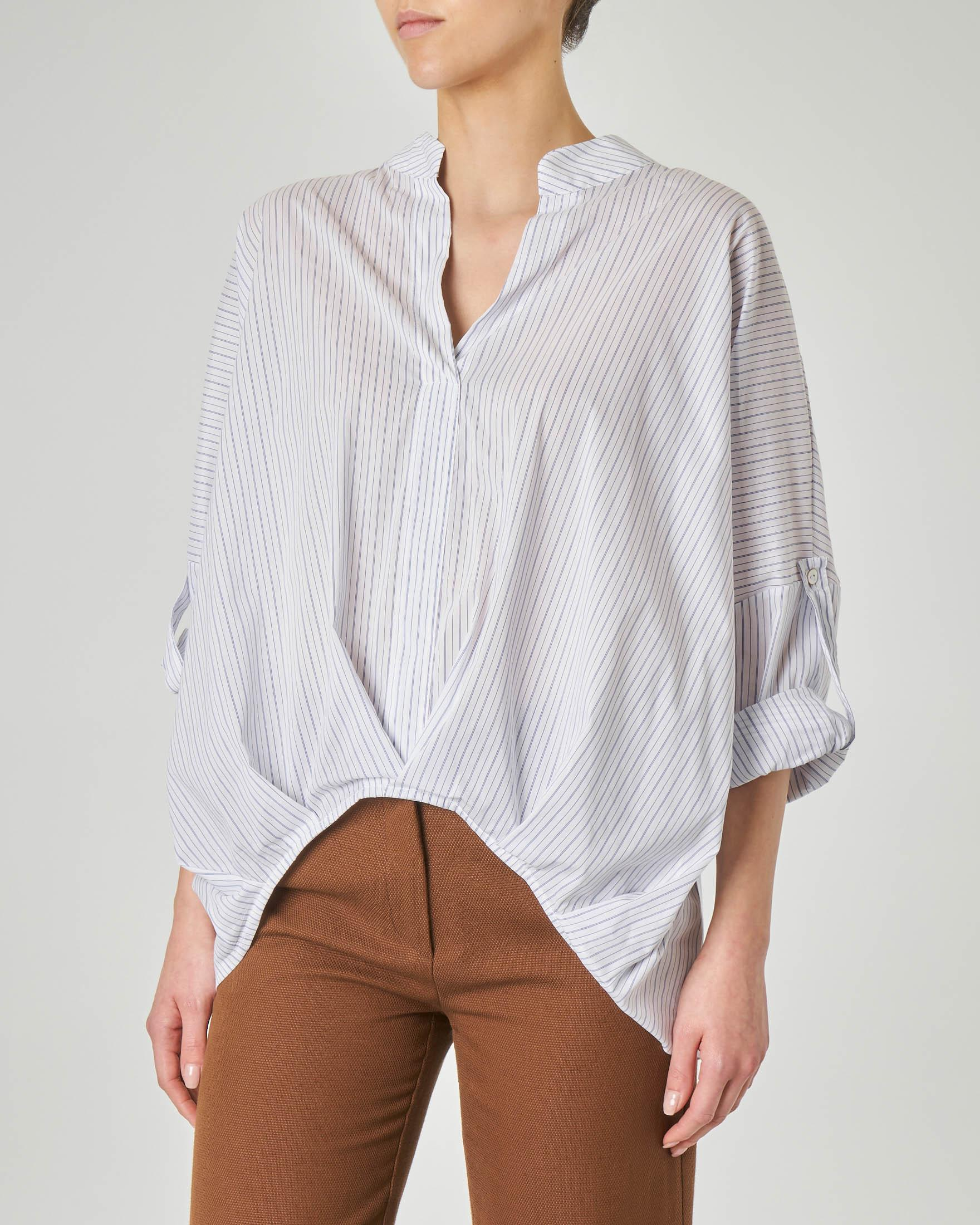 Camicia bianca over in misto cotone a righe con colletto alto e scollo a V